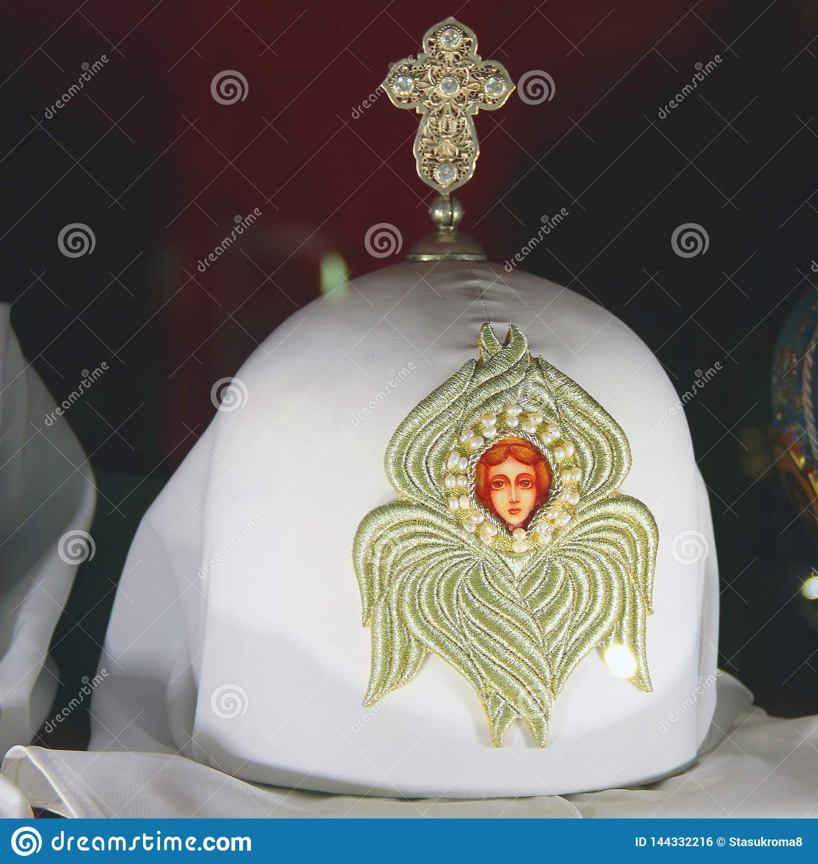 Hoofddeksels van priesters op een rode achtergrond