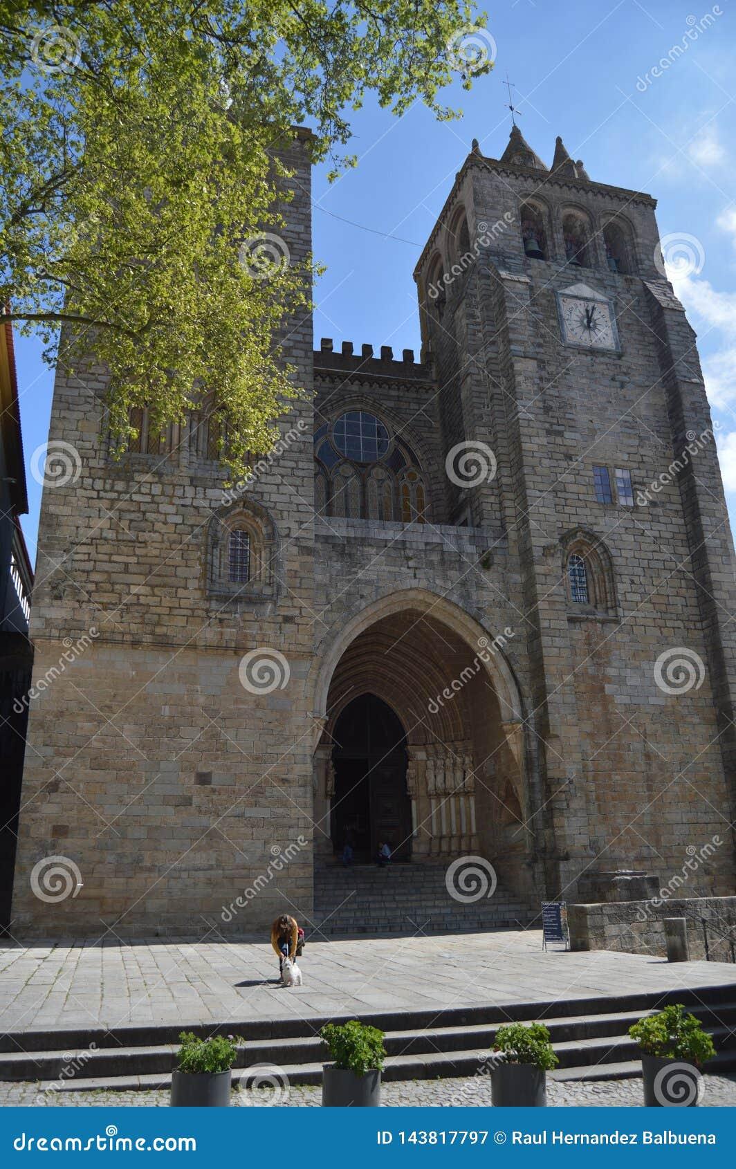 HoofddieVoorgevel van de Kathedraal in de XII Eeuw Gewijd aan Maagdelijke Mary in Evora wordt gedateerd Aard, Architectuur, Gesch