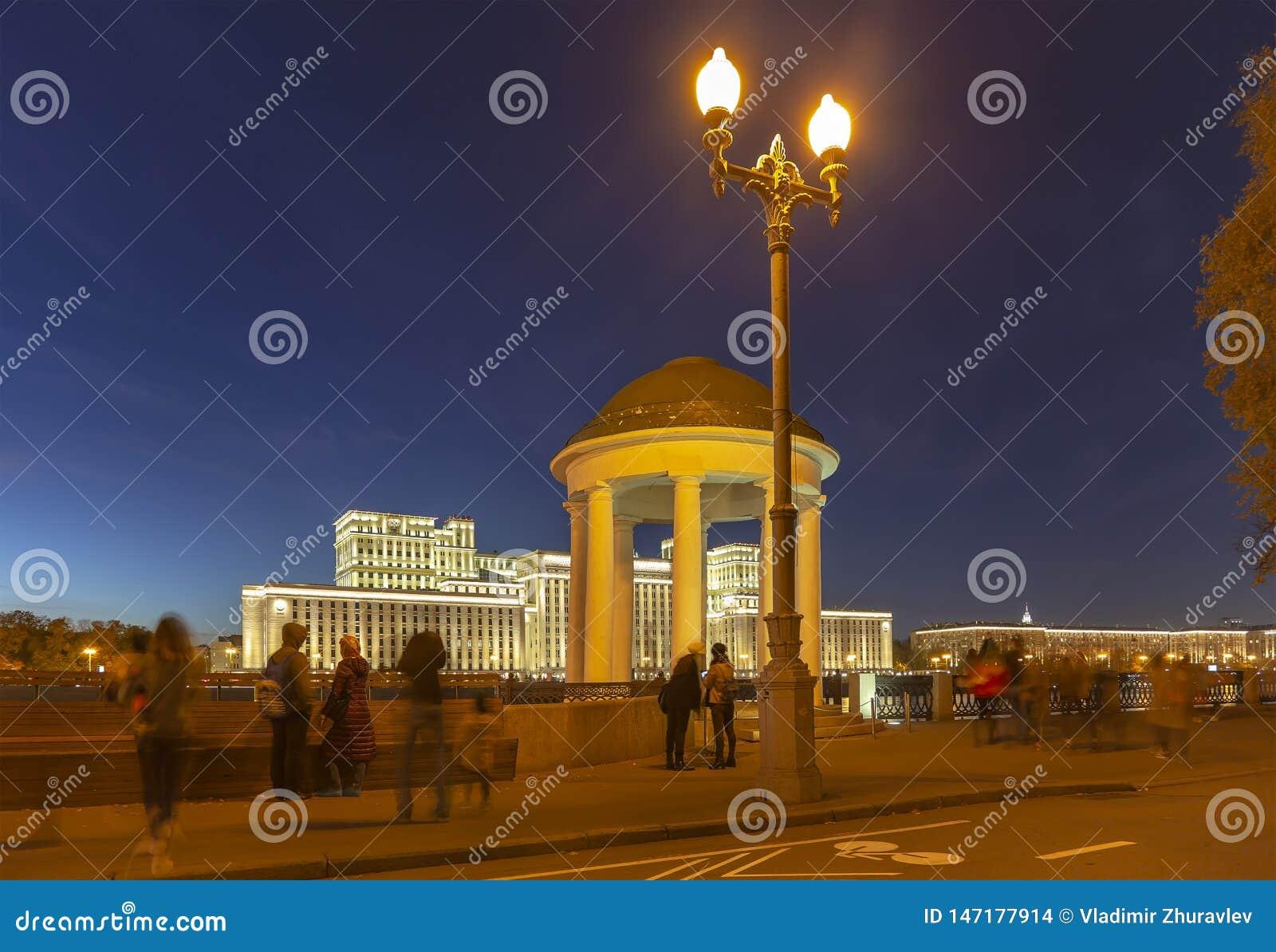 Hoofdgebouw van het Ministerie van Defensie van de Russische Federatie Minoboron en Moskva-Rivier Moskou, Rusland