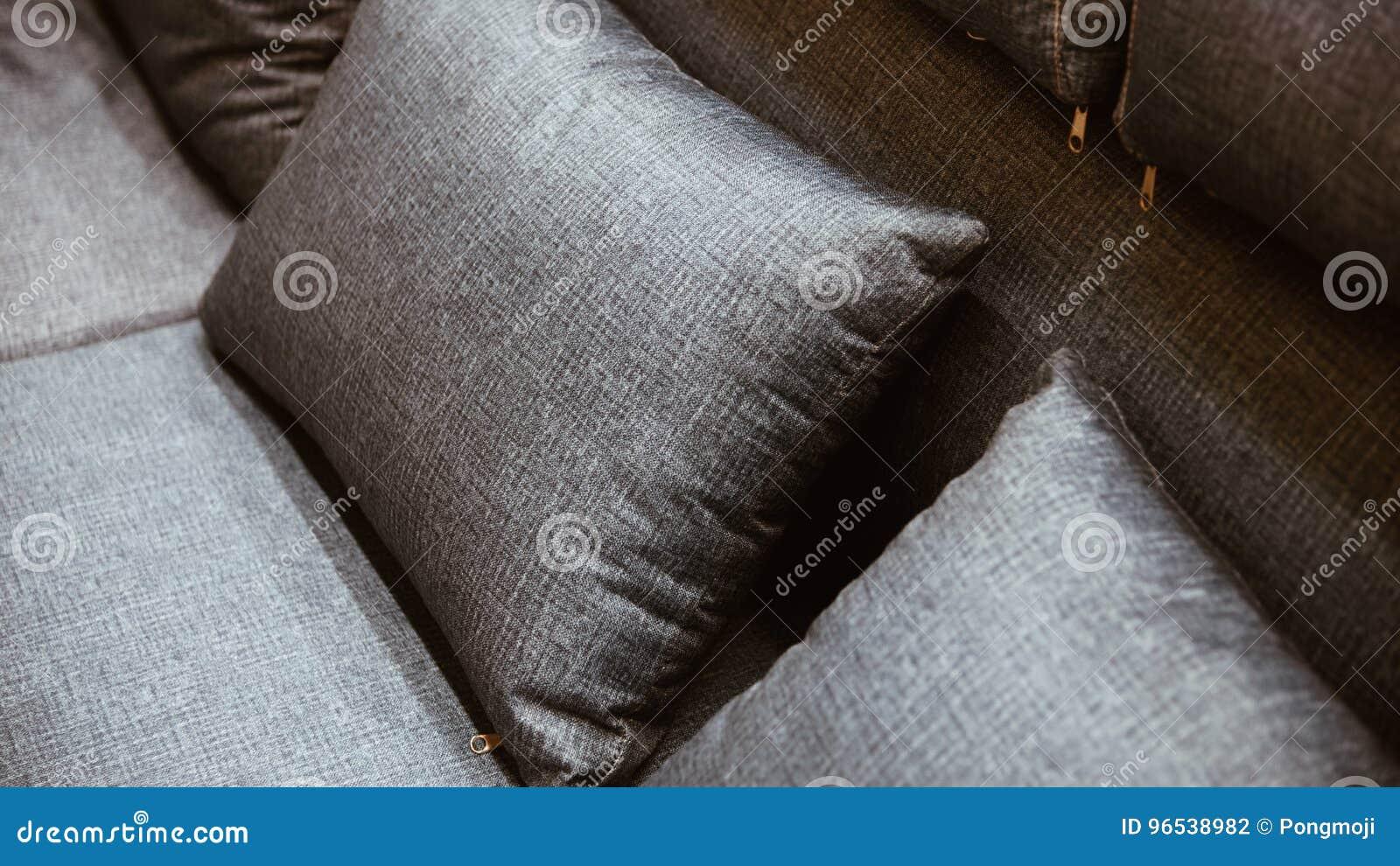 hoofdkussen grijze kleur op bed bruin of beige in slaapkamer