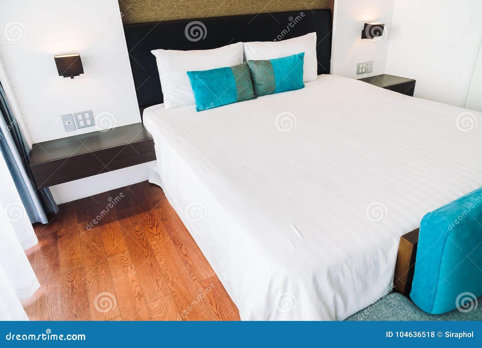 Download Hoofdkussen Op Beddecoratie In Slaapkamerbinnenland Stock Foto - Afbeelding bestaande uit ontwerp, beddegoed: 104636518