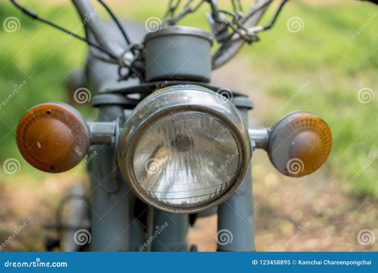 Hoofdlicht van motorfiets van circa de medio 1960 klassieke en uitstekende Yamaha