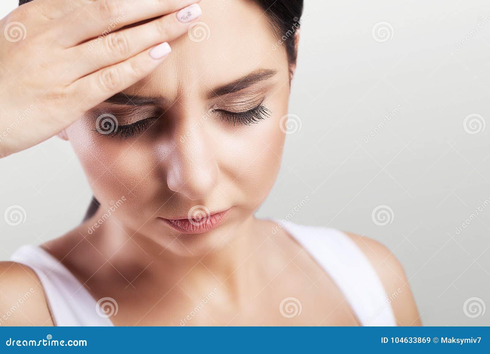 Download Hoofdpijn In Een Jong Meisje Migraine Moeheid Na Een Harde Werkdag Het Concept Gezondheid Op Een Grijze Achtergrond Stock Afbeelding - Afbeelding bestaande uit lijd, probleem: 104633869