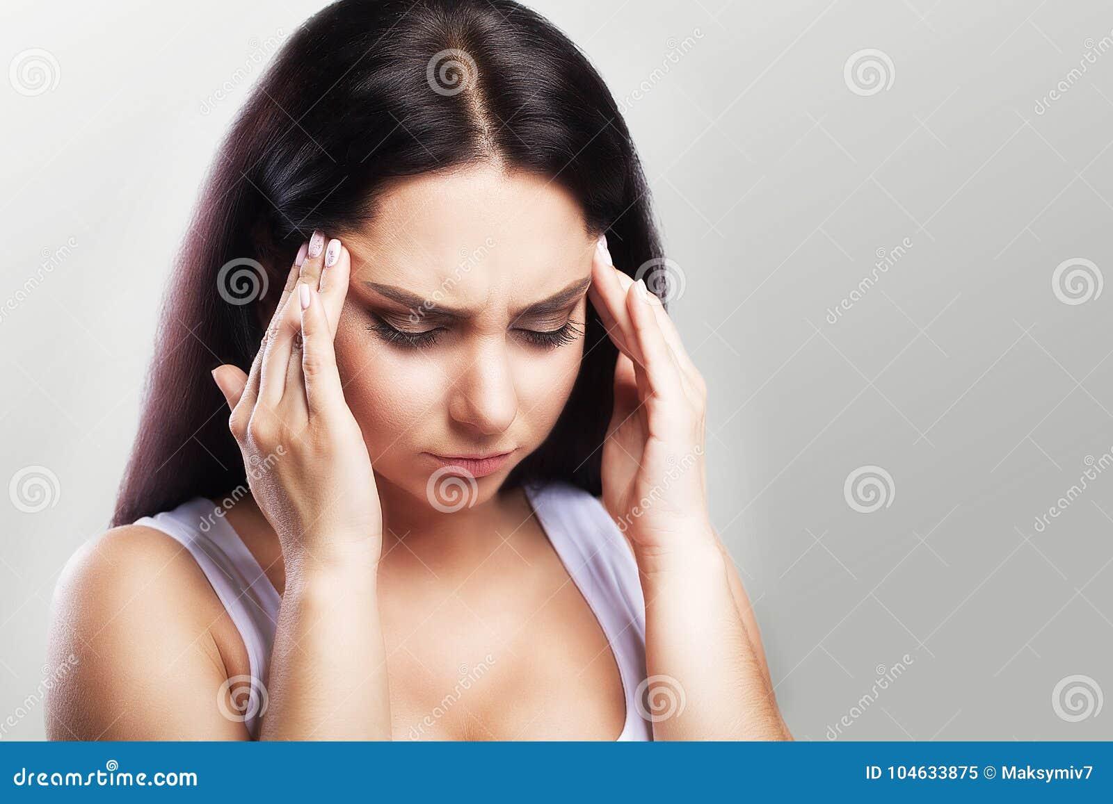 Download Hoofdpijn In Een Jong Meisje Migraine Moeheid Na Een Harde Werkdag Het Concept Gezondheid Op Een Grijze Achtergrond Stock Afbeelding - Afbeelding bestaande uit concept, greep: 104633875