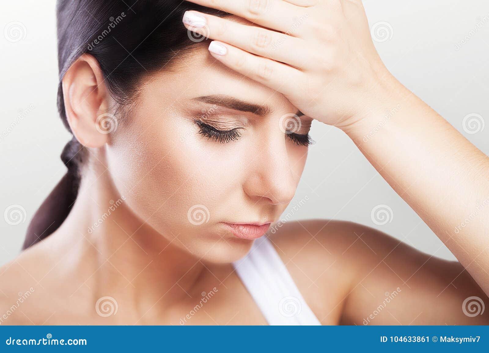 Download Hoofdpijn En Strenge Spanning Ervaring Pijnlijk Gevoel In Het Hoofd Moeheid Het Concept Gezondheid Op Een Grijze Achtergrond Stock Afbeelding - Afbeelding bestaande uit migraine, manier: 104633861