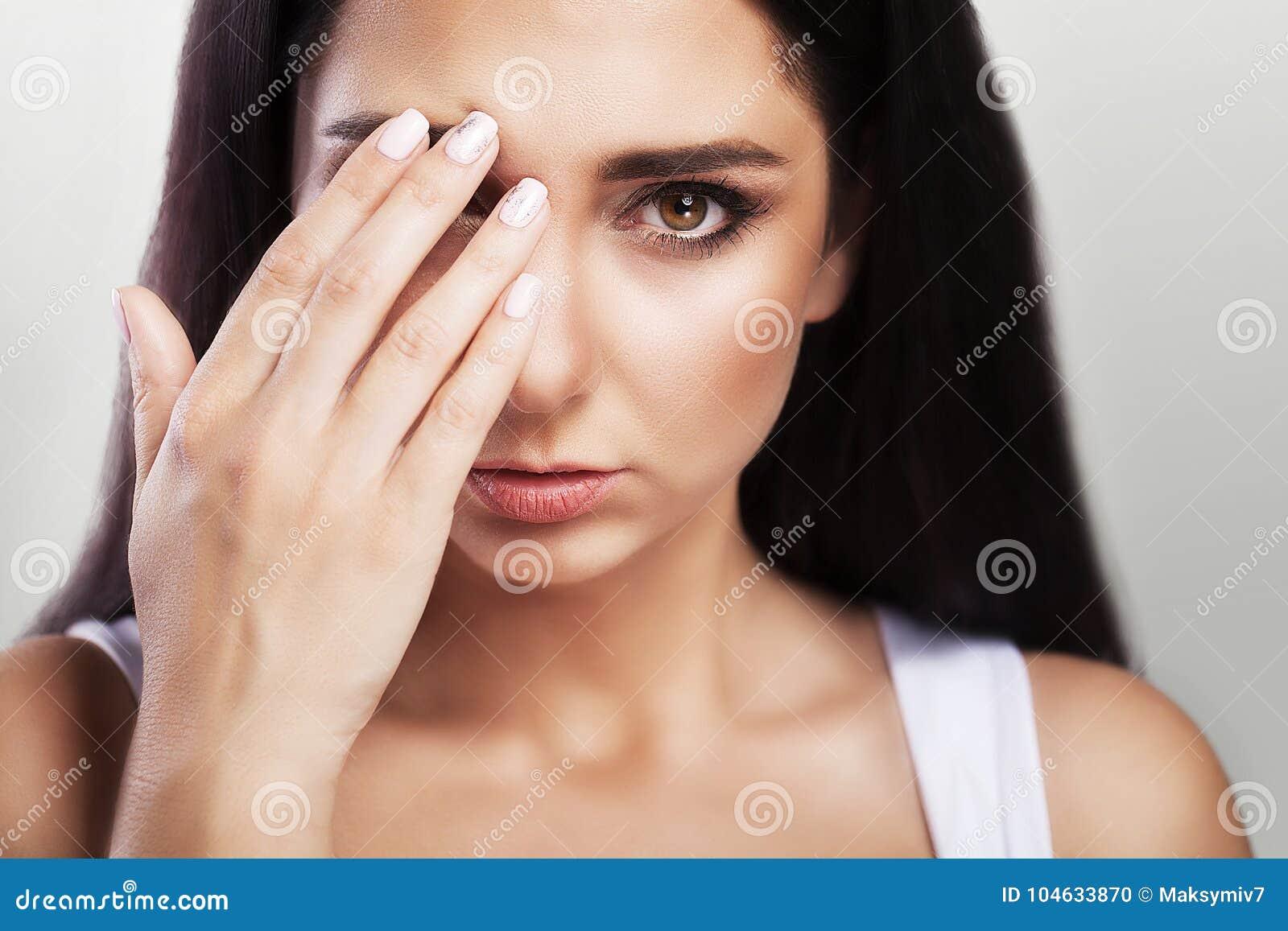 Download Hoofdpijn En Strenge Spanning Ervaring Pijnlijk Gevoel In Het Hoofd Moeheid Het Concept Gezondheid Op Een Grijze Achtergrond Stock Foto - Afbeelding bestaande uit stemming, meisje: 104633870