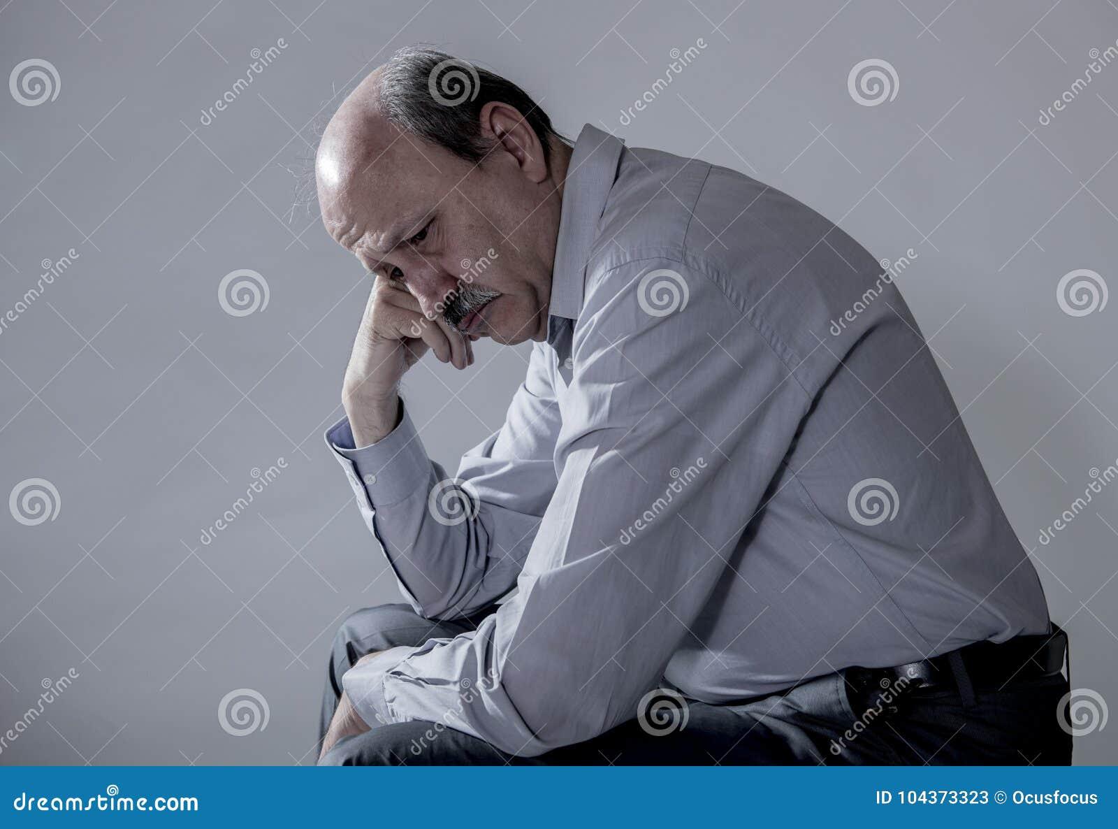 Hoofdportret van de hogere rijpe oude mens die op zijn jaren  60 droevig en ongerust gemaakt lijdend aan pijn en depressie in de
