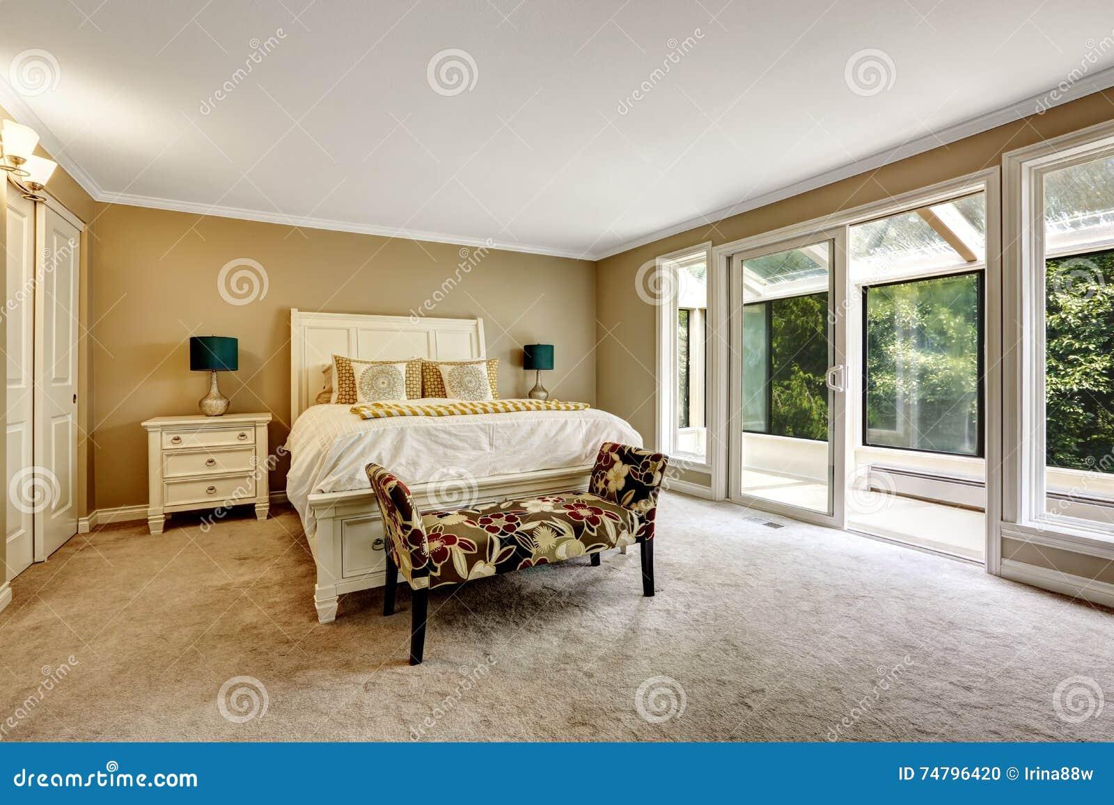 hoofdslaapkamer in amerikaanse stijl met wit tweepersoonsbed stock, Meubels Ideeën