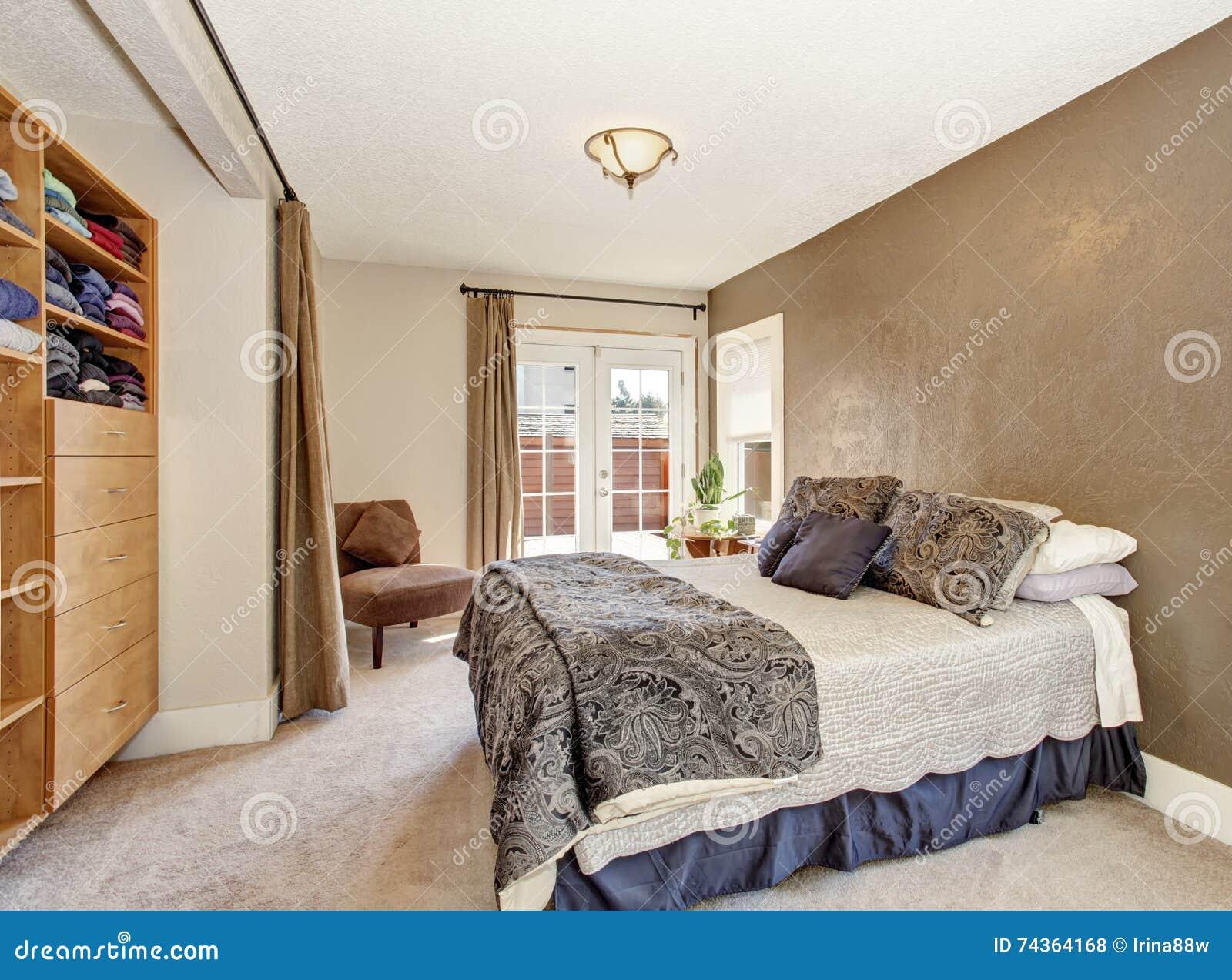 Hoofdslaapkamer met groot bed bruine muur en lichtbruine for Bed in muur