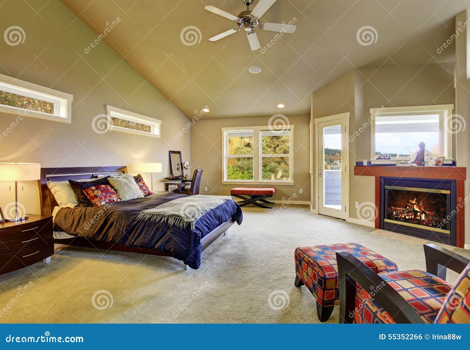 Slaapkamer Met Openhaard : Hoofdslaapkamer met vensters en open haard stock foto afbeelding