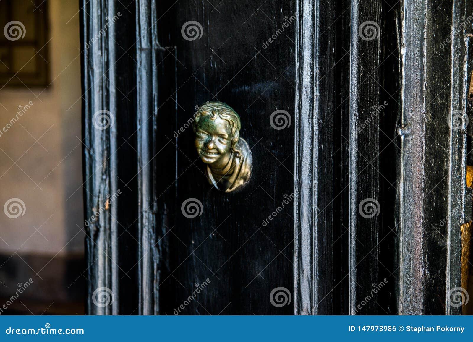 Hoofdslag op een zwarte deur