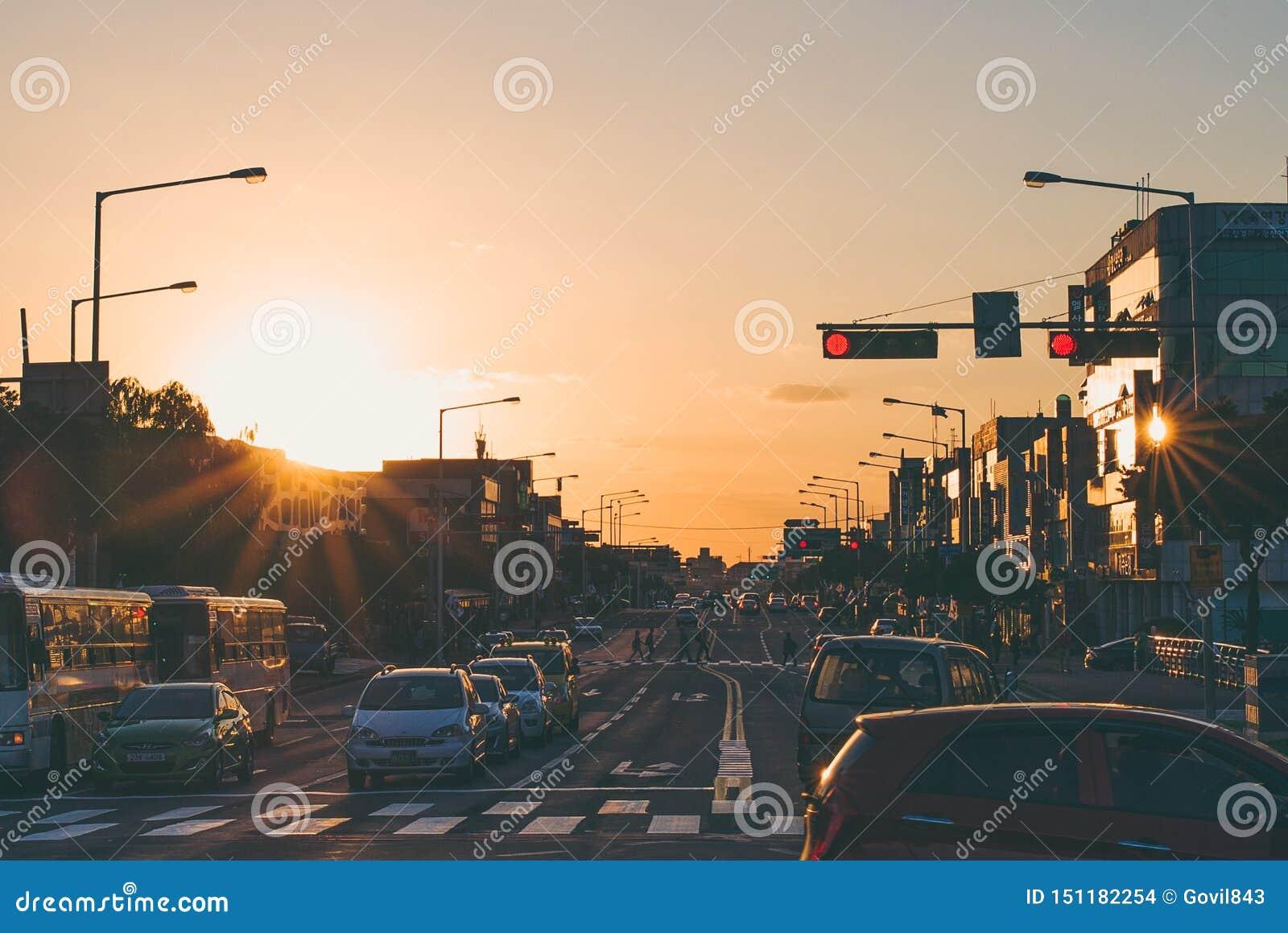 Hoofdstraat van Jeju-Eiland tijdens de zonsondergang van de avond