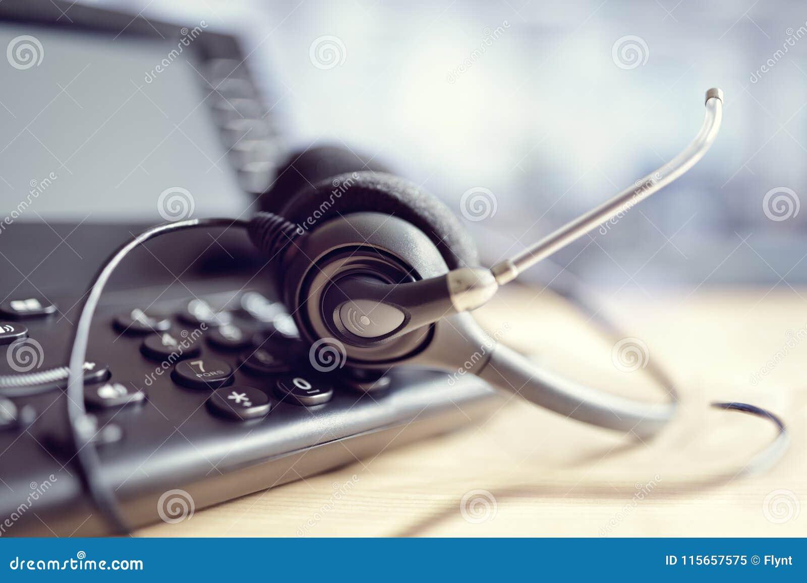 Hoofdtelefoonhoofdtelefoons en telefoon in call centre