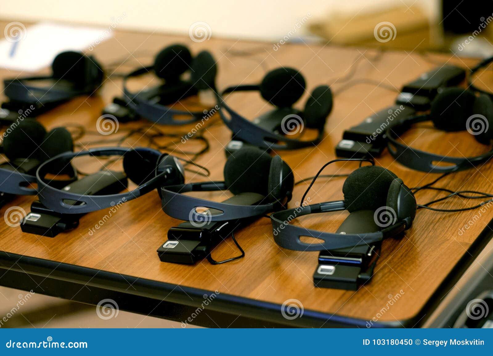 Hoofdtelefoons voor gelijktijdig vertaalmateriaal worden gebruikt dat