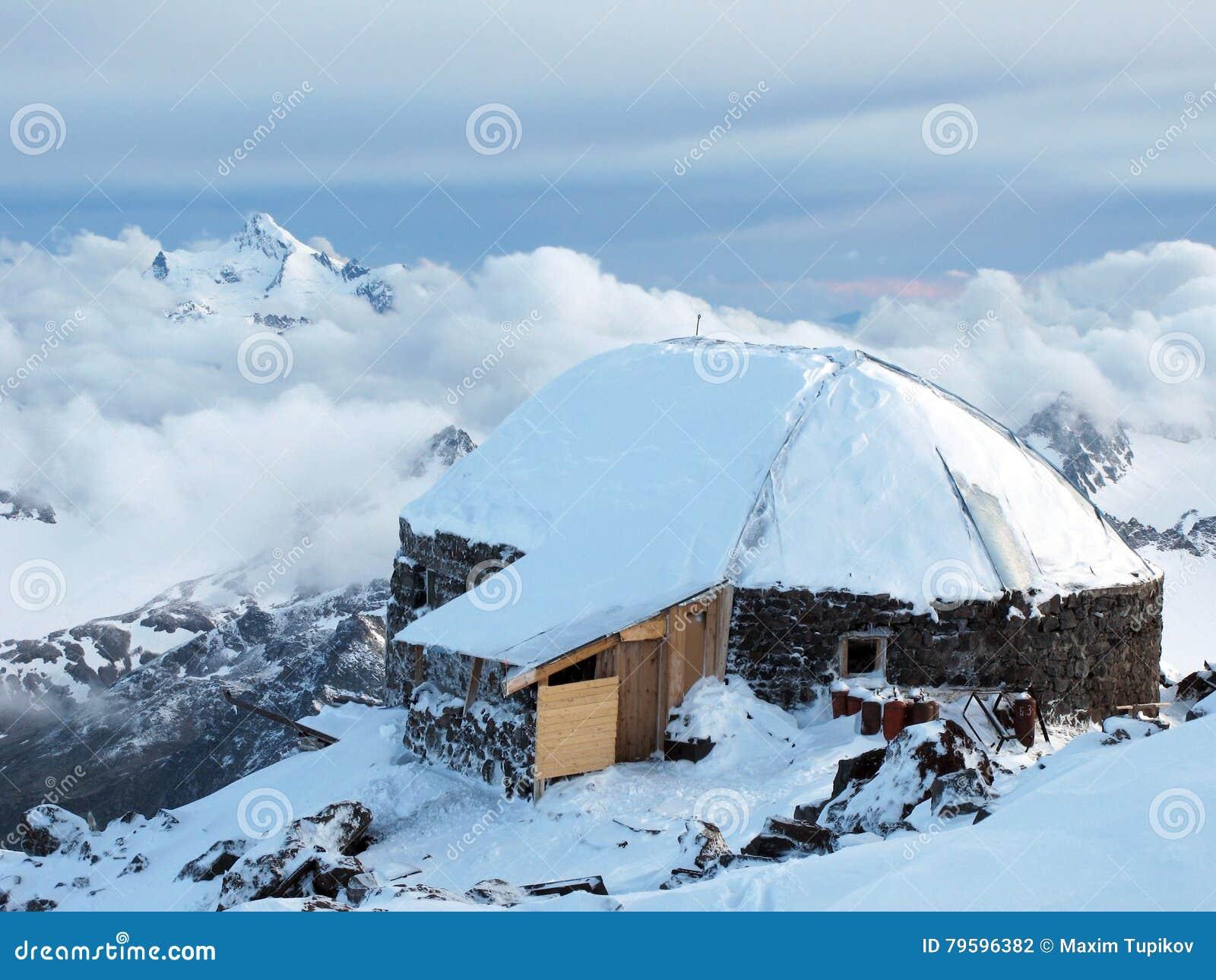Hoog berghuis in Priyut 11 het kamp van de alpinismebasis
