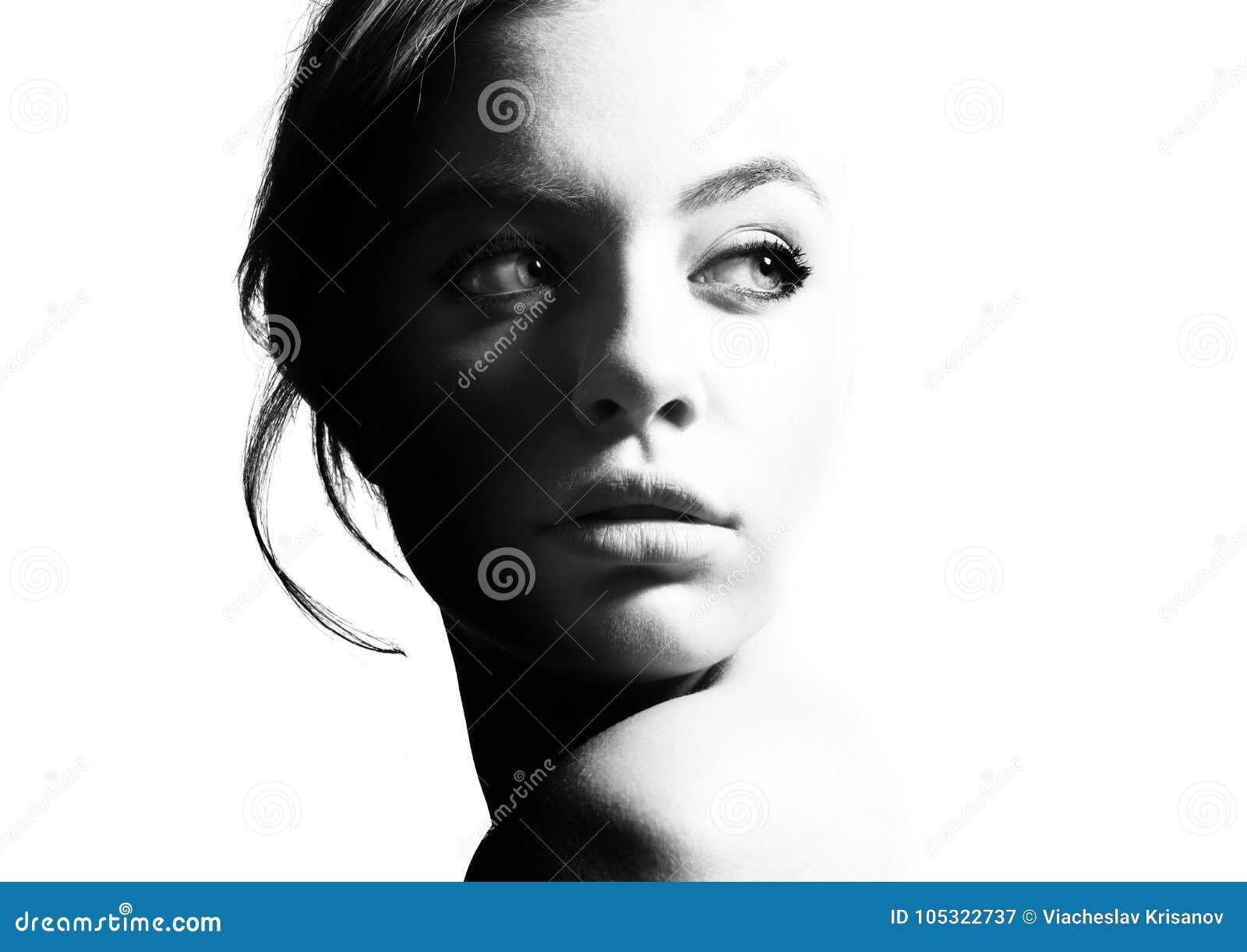 Hoog contrast zwart-wit portret van een mooi meisje