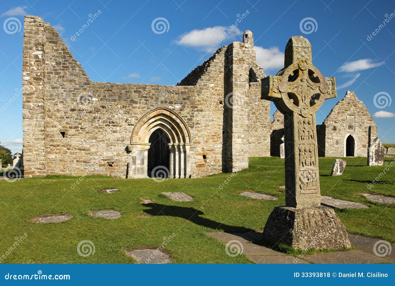 Hoog Kruis van scriptures en de kathedraal. Clonmacnoise. Ierland
