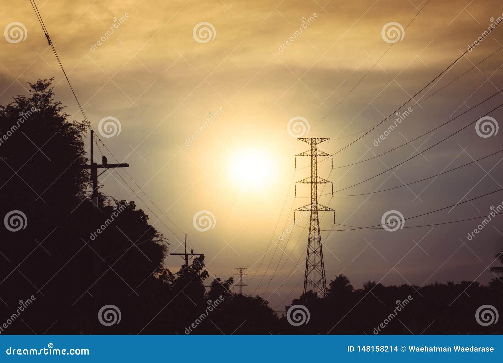 Hoogspannings elektrische toren op zonsondergangtijd en hemel op sunse