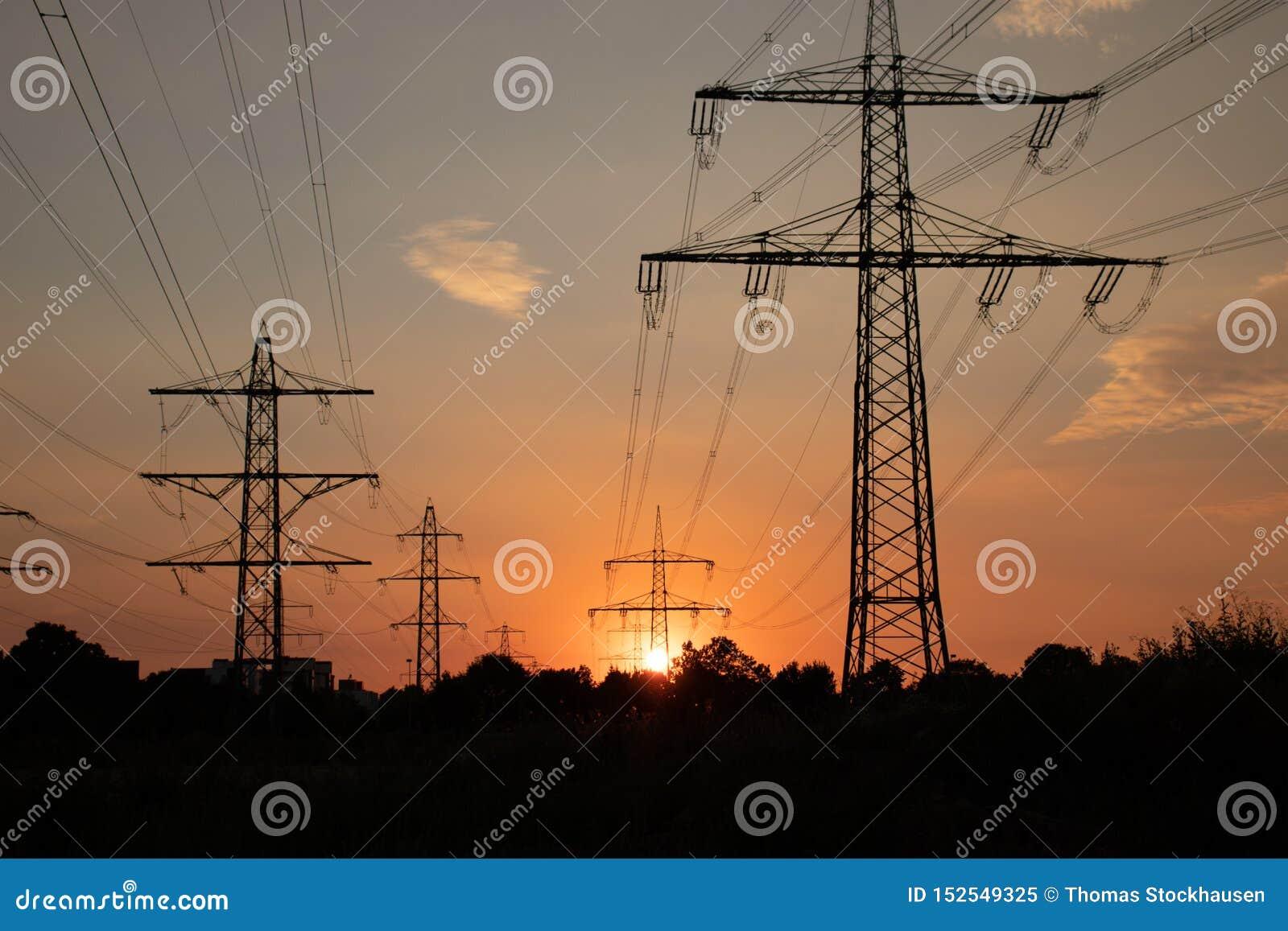 Hoogspanningslijn, energie voor mensen, bij zonsondergang