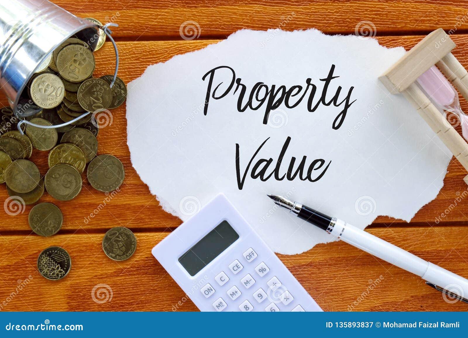 Hoogste die mening van muntstukken, calculator, zandklok, pen en stuk van document met Eigenschapswaarde op houten achtergrond wo