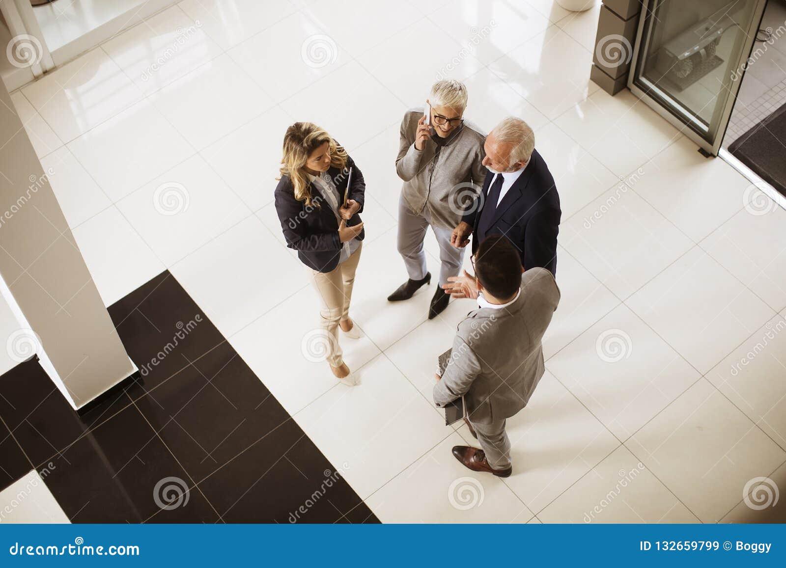 Hoogste hoekmening bij het team van de zakenluicollega