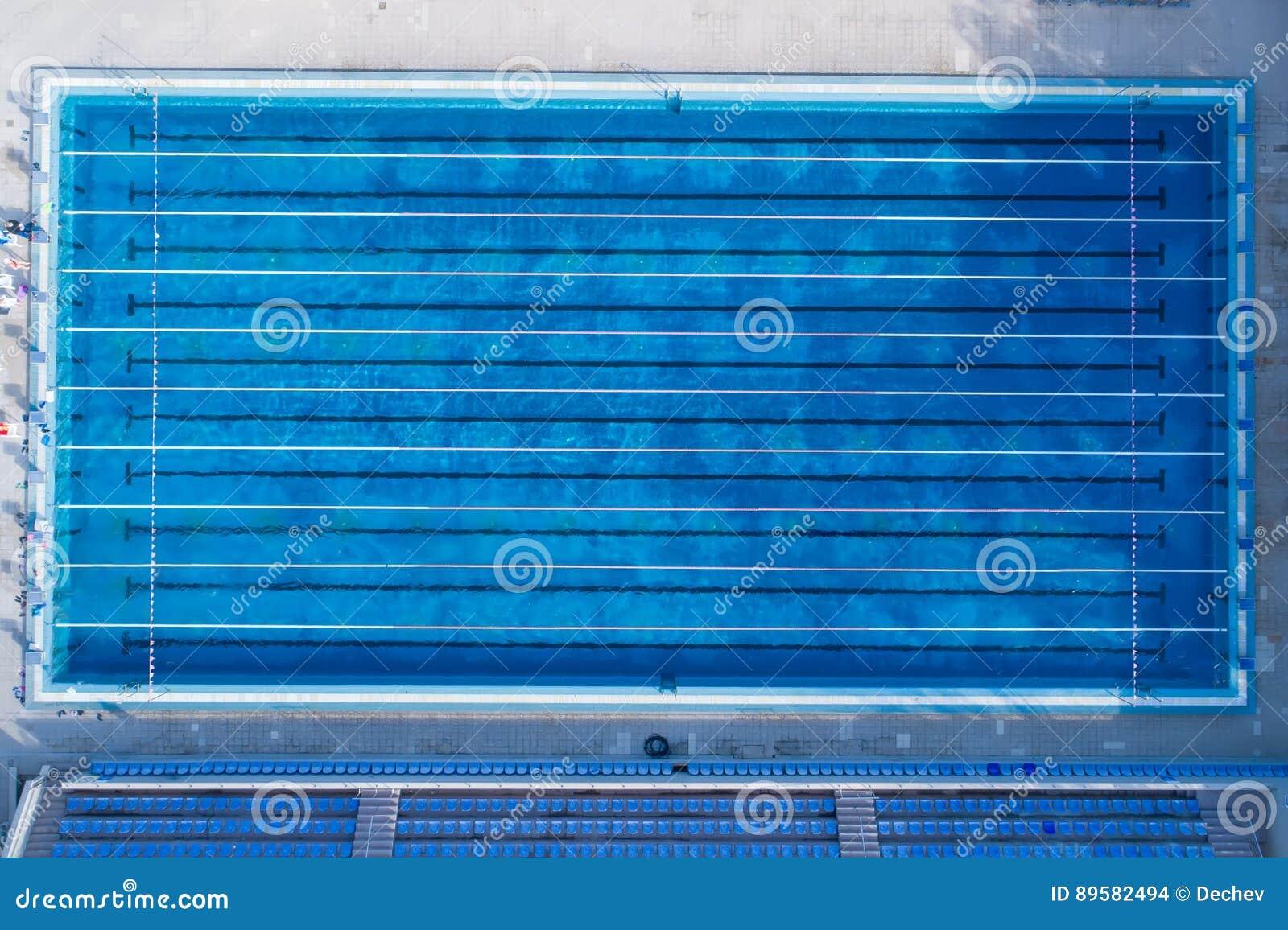Hoogste mening, de mening van het vogeloog van zwembad met duidelijke stegen en beginnend platform