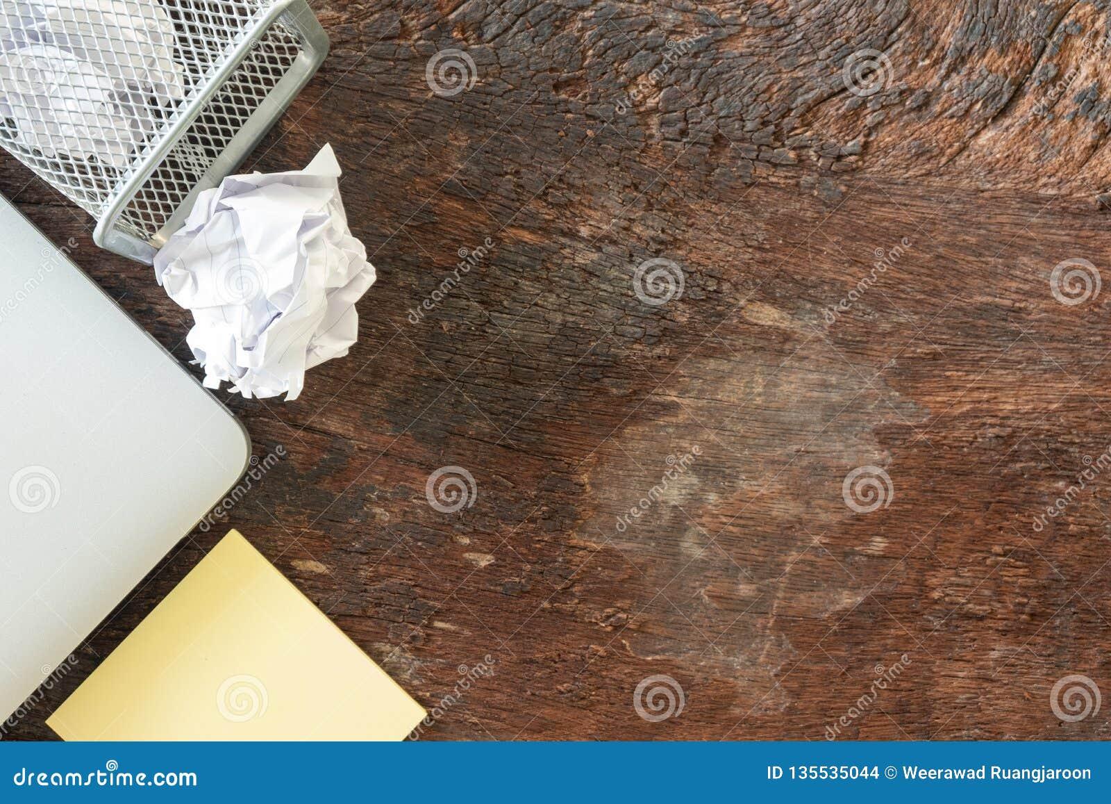 Hoogste mening geen idee - Document afval verfrommel document die aan de recyclingsbak vallen, aan de bak van de metaalmand gewor