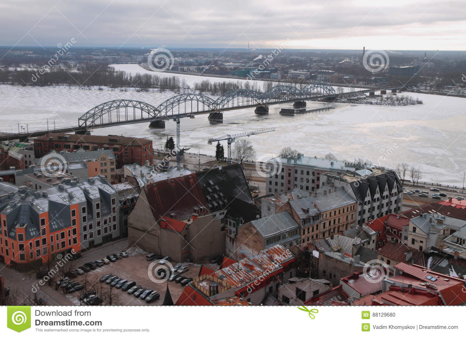 Hoogste mening over stad, rivier en spoorwegbrug Riga, Letland