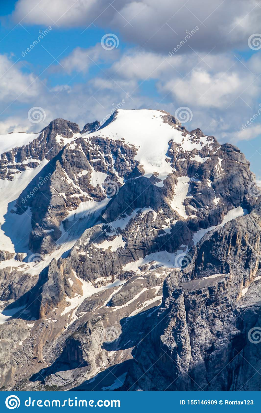 Hoogste mening van alpien landschap zoals die van van Zuid- sass Pordoi Tirol, Dolomietbergen, met Marmolada-bergoogst wordt gezi