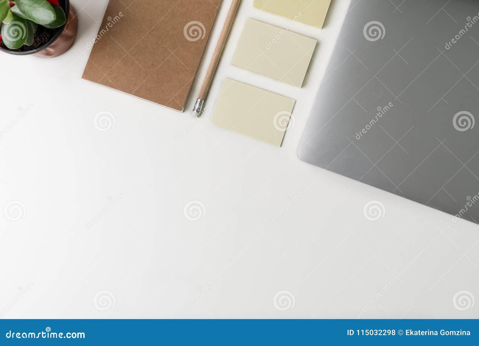 Hoogste mening van Bureauwerkplaats Wit bureau met exemplaarruimte Vlak leg mening over lijst met laptop, potlood, notitieboekje,