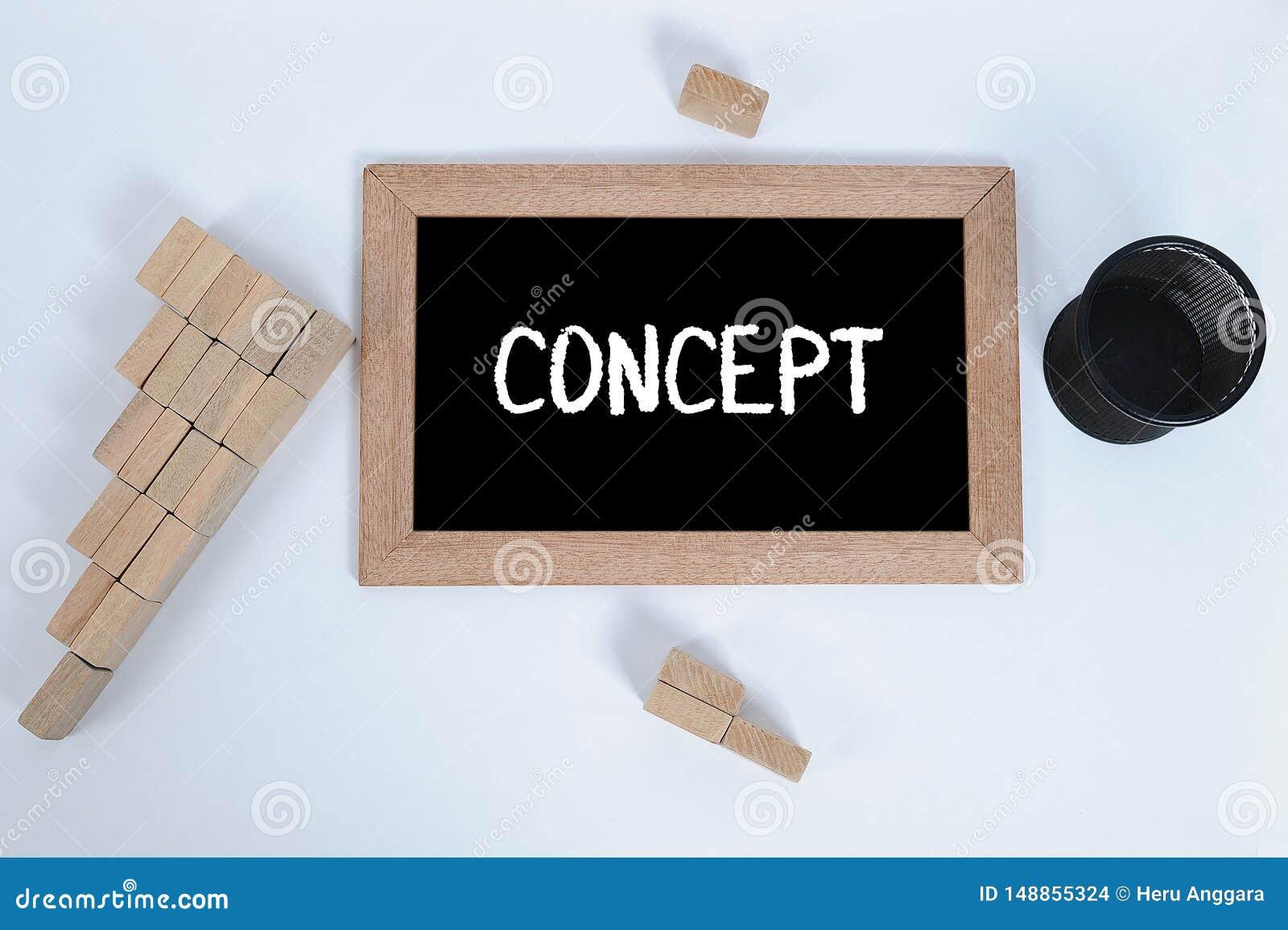 Hoogste mening van CONCEPT met de hand geschreven met wit krijt op een bord Potloodkop en Houtsnede die als symbool van de staptr