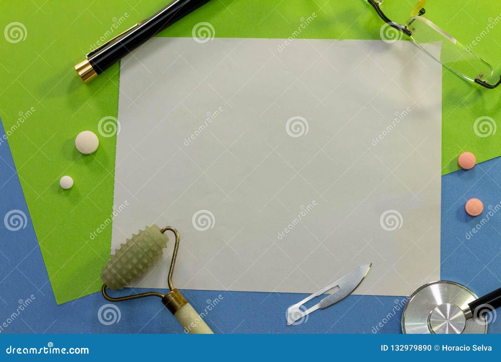 Hoogste mening van een bureau met diverse elementen van geneeskunde