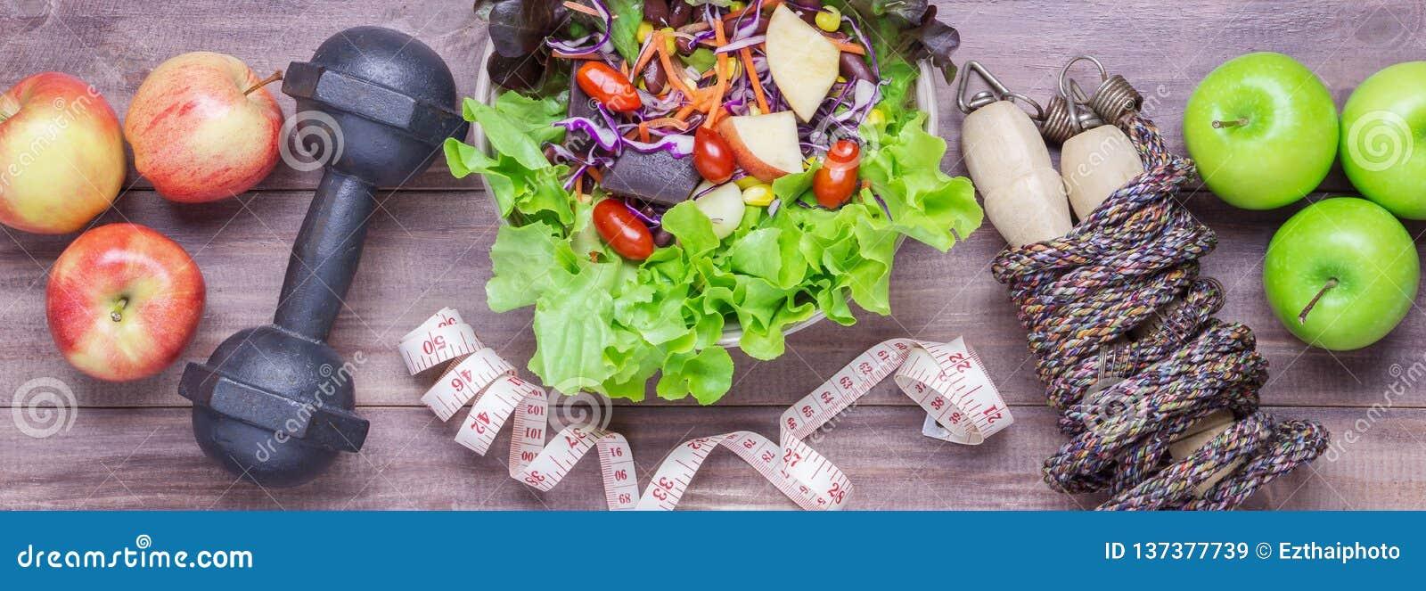 Hoogste mening van Gezond levensstijlconcept, sportmateriaal en vers voedsel op houten achtergrond De banner van het Web