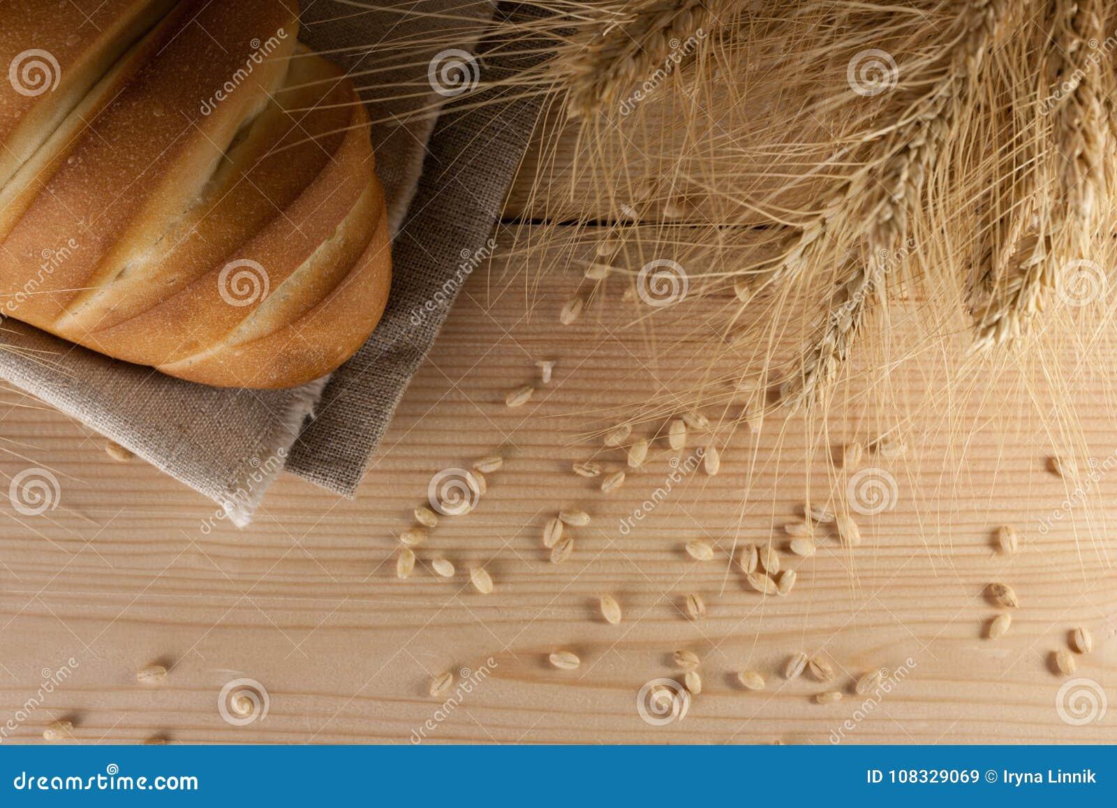 Hoogste mening van heerlijke aromatische verse baguette, brood en tarwe op houten lijst copyspace, tekstruimte baksel, ingrediënt