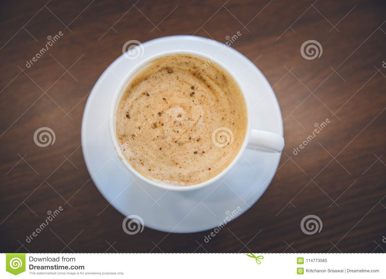 Hoogste mening van heet de kop spiraalvormig schuim van de koffiecappuccino