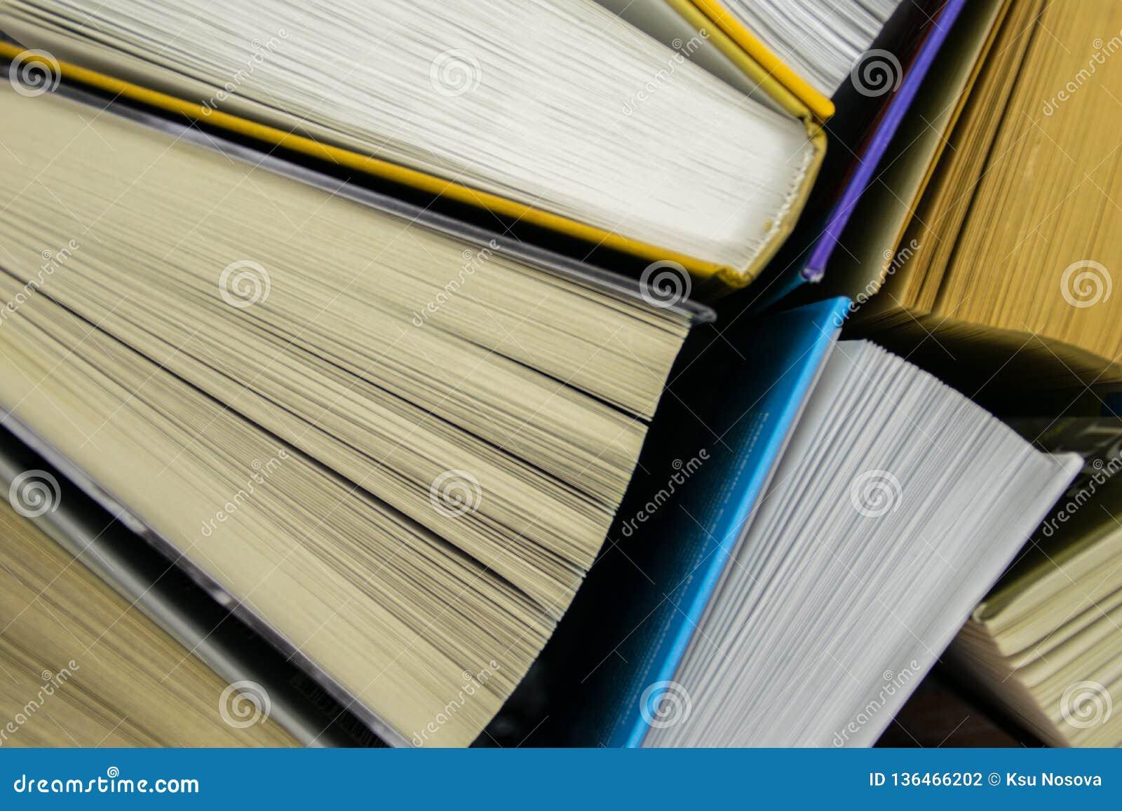 Hoogste mening van heldere kleurrijke boek met harde kaftboeken in een cirkel Het open boek, woei pagina s