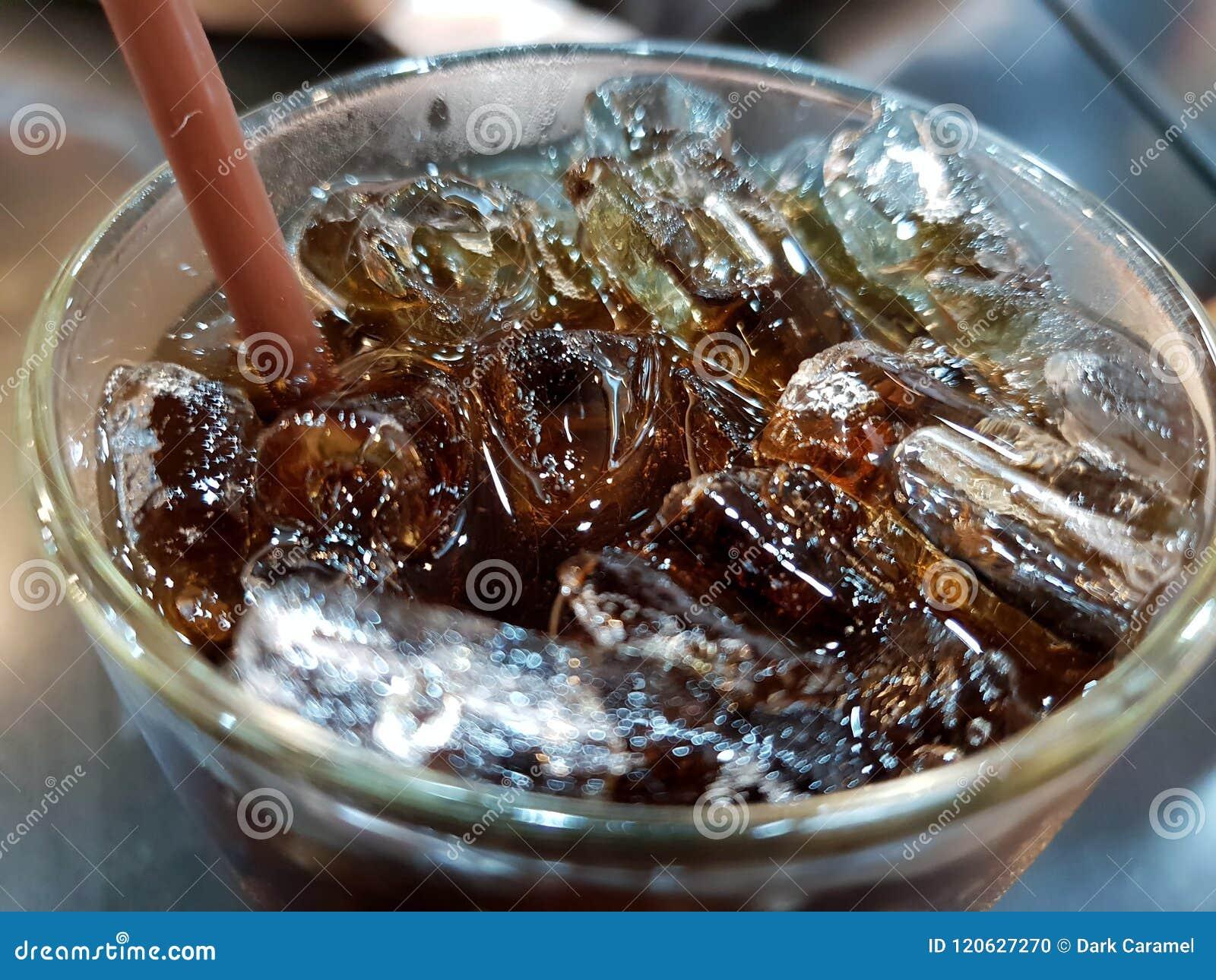 Hoogste mening van kola met ijs in een glas