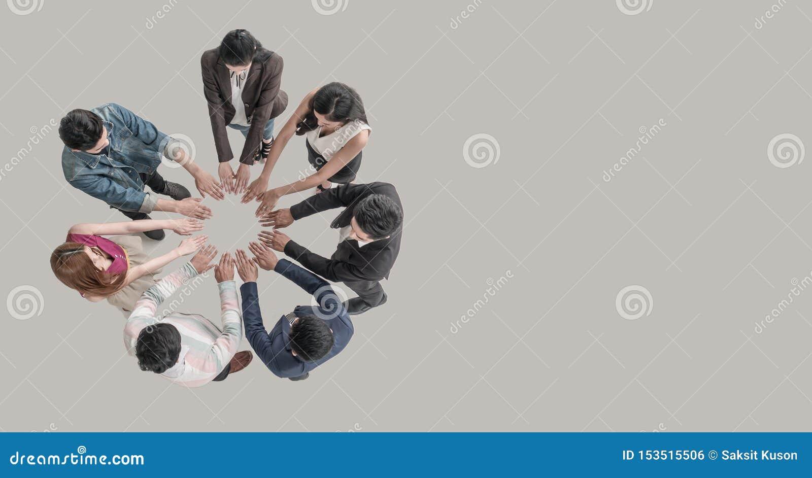 Hoogste mening van mensen in teamhanden bij de cirkel samen als eenheid en groepswerk in bureau