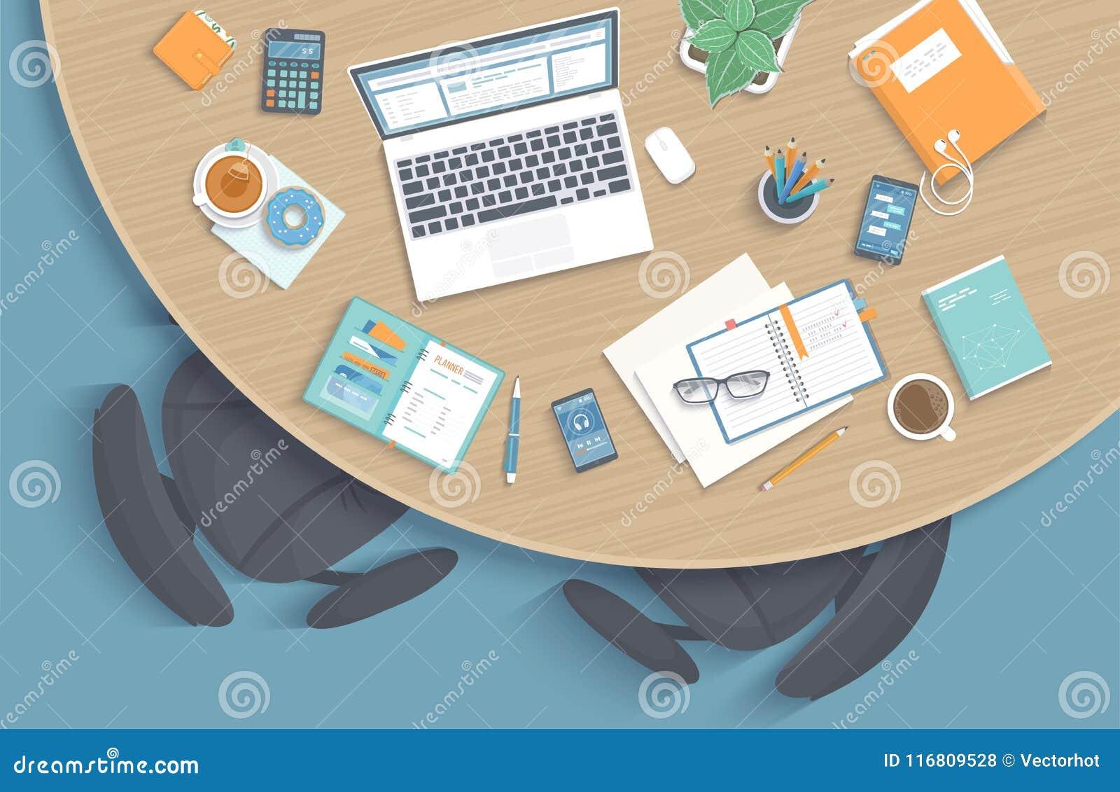 Hoogste mening van modern modieus rond houten bureau in bureau, stoelen, bureaulevering, laptop, omslag