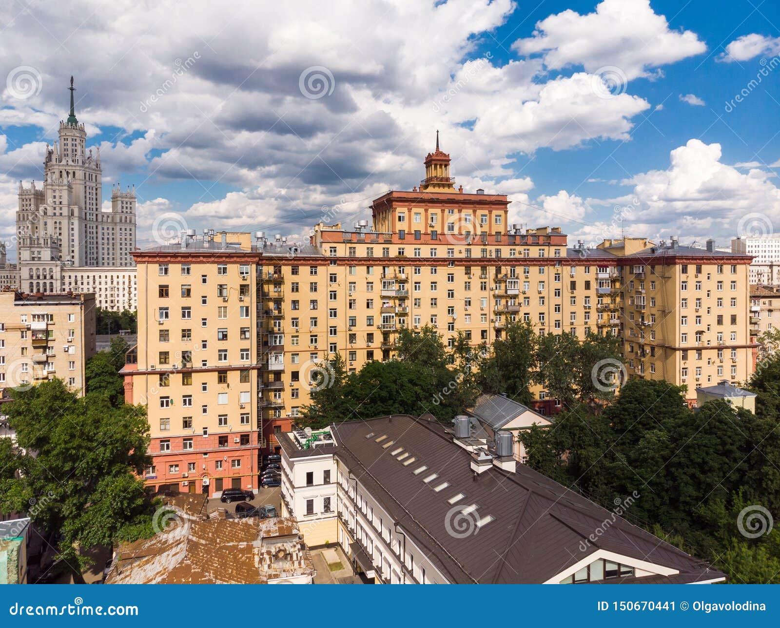 Hoogste mening van oude huizen in centrum in Moskou, Rusland