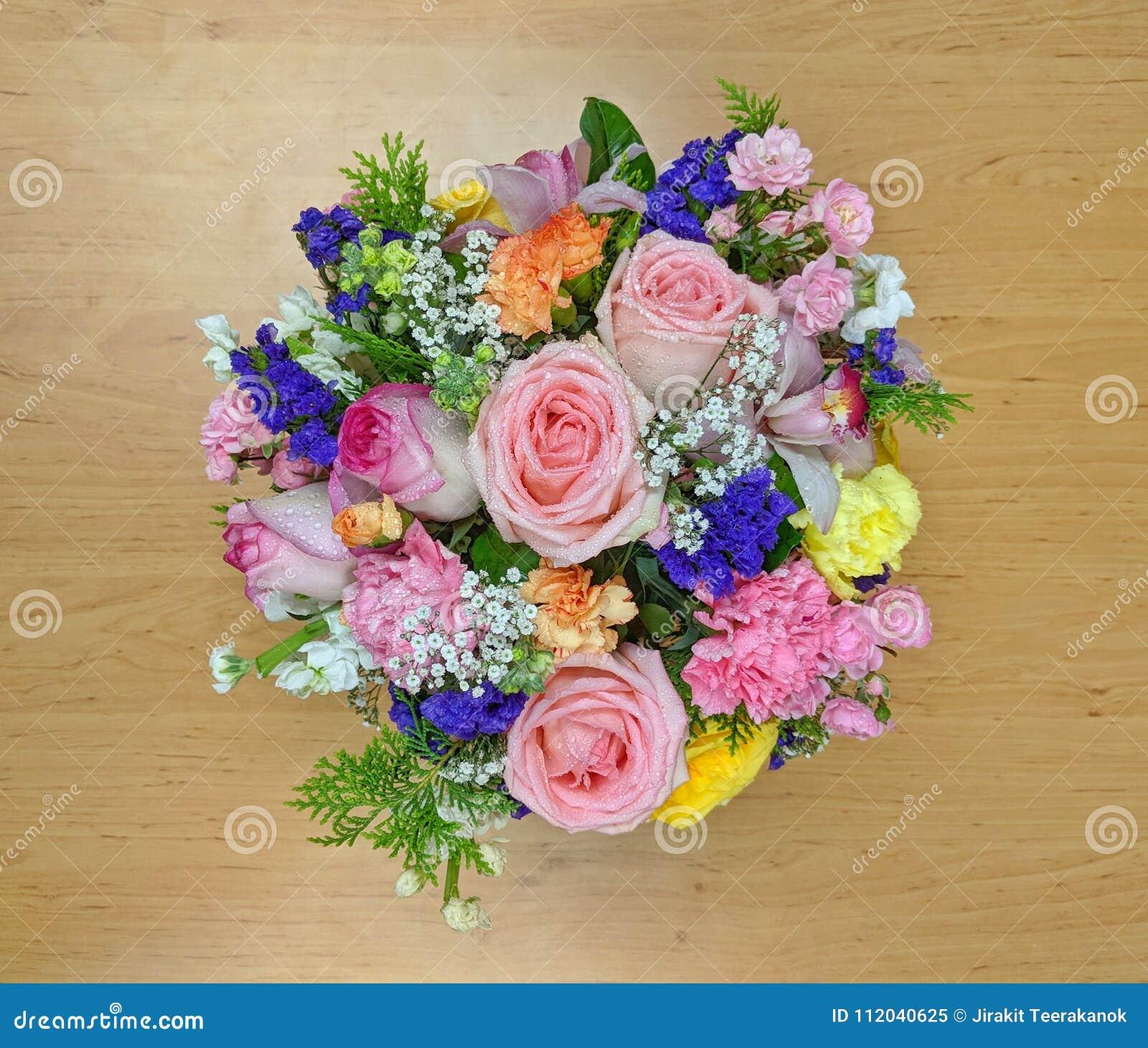 Hoogste mening van roze bloemboeket op een houten raad