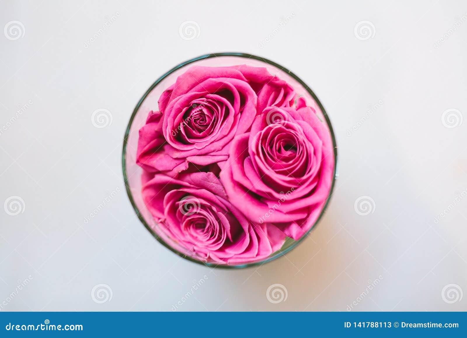 Hoogste mening van roze rozen in glas