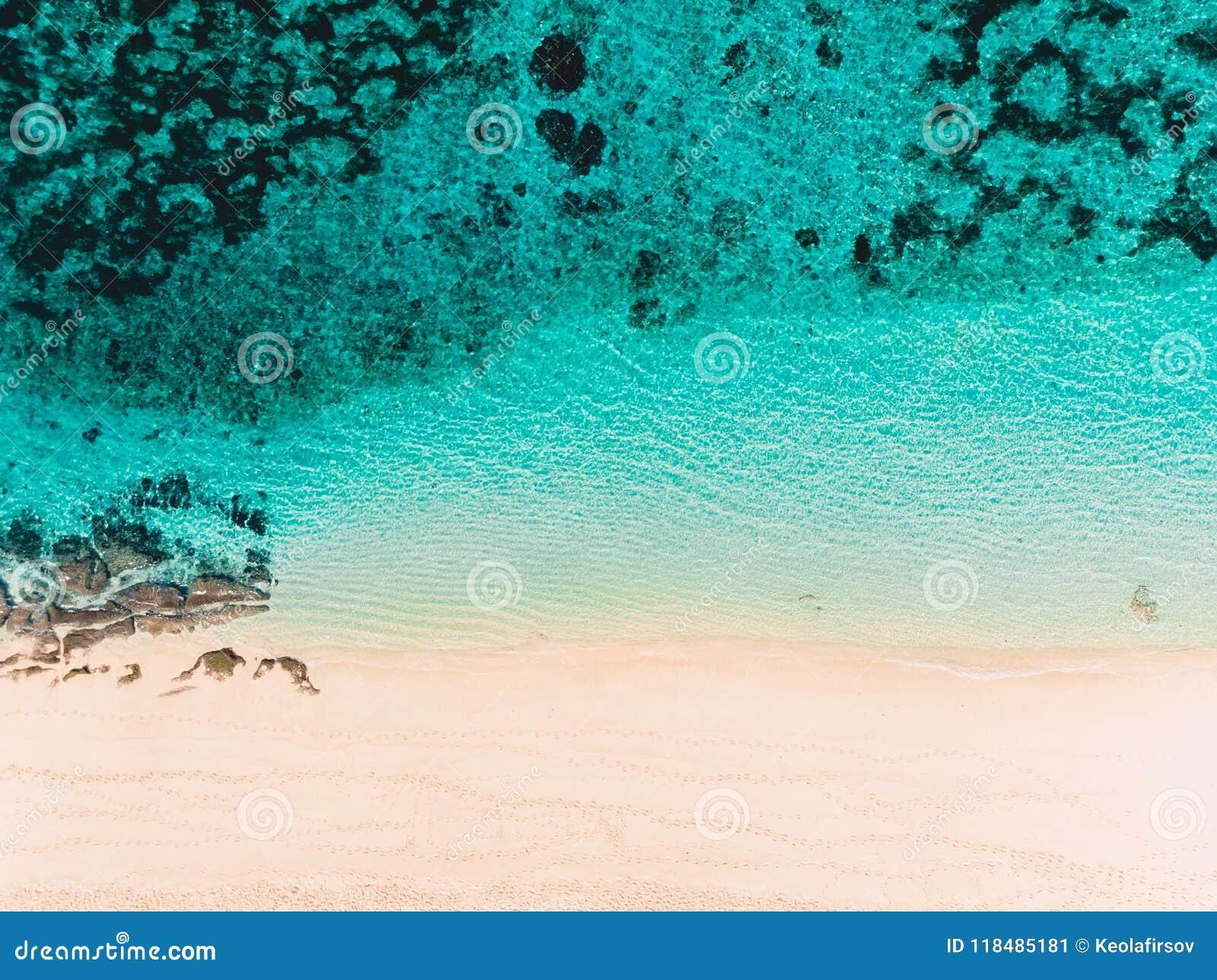 Hoogste mening van tropisch zandstrand met turkoois oceaanwater, luchthommelschot