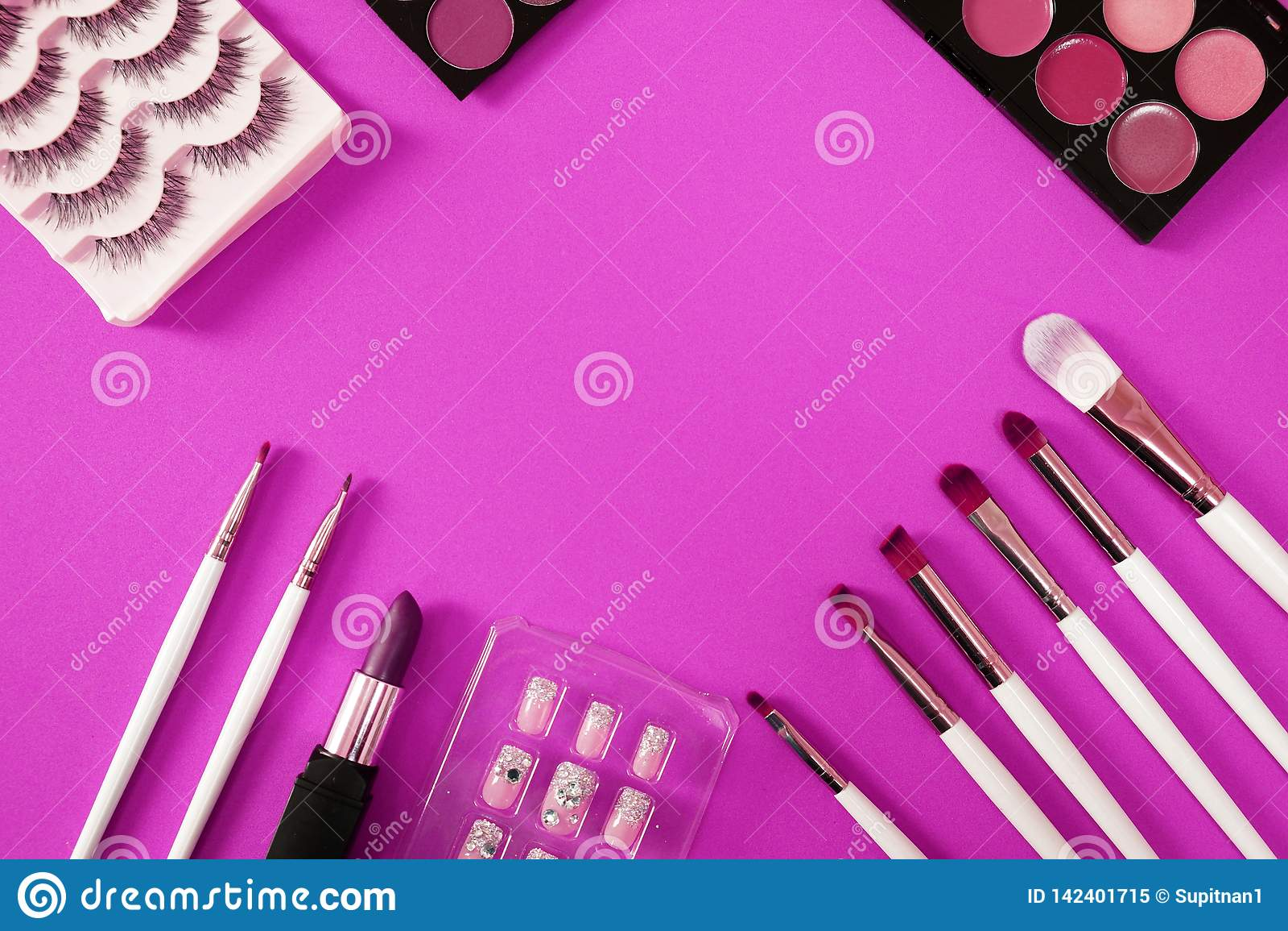 Hoogste mening van women'sschoonheidsmiddel op roze achtergrond