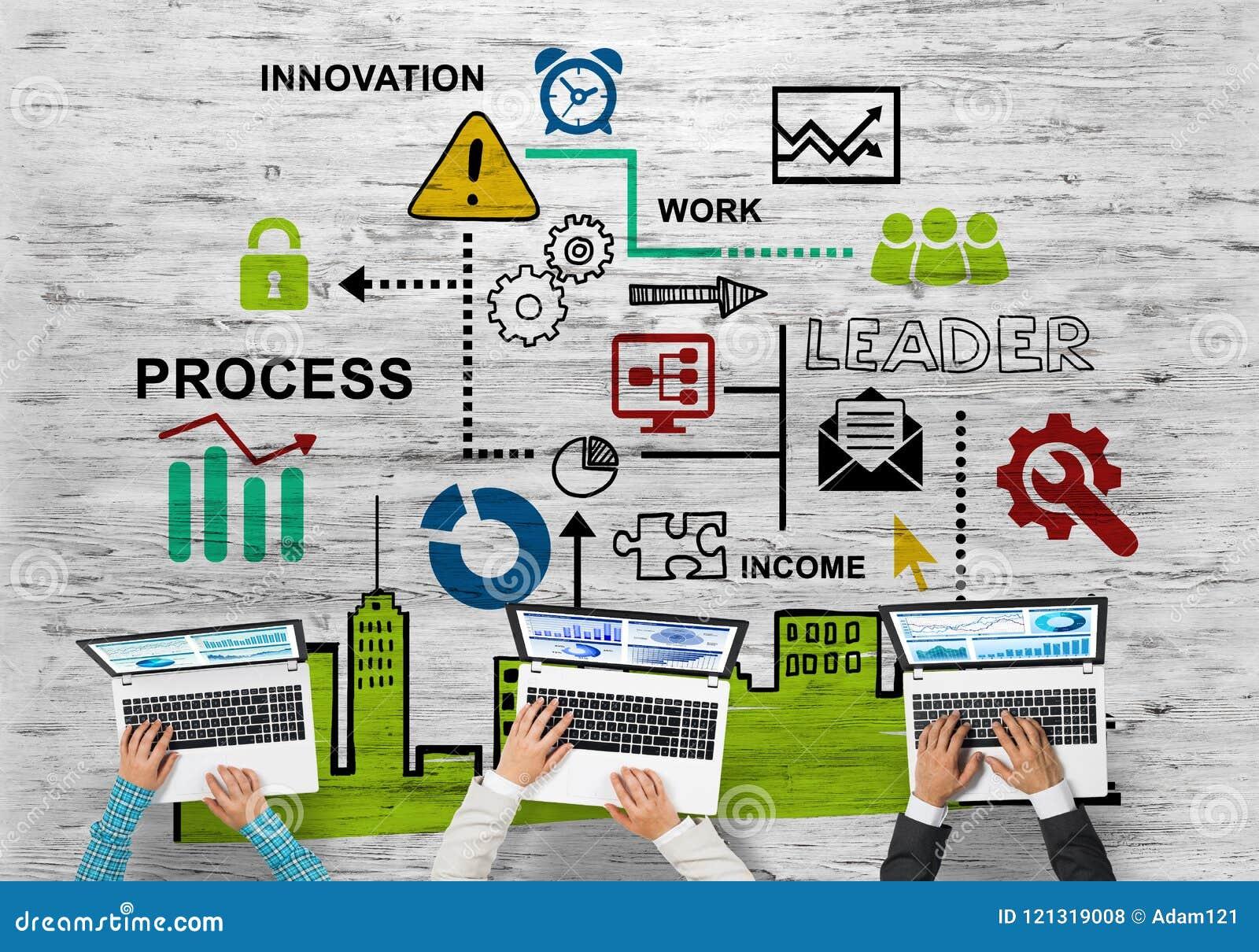 Hoogste mening van zakenlui die bij lijst zitten en gadgets gebruiken