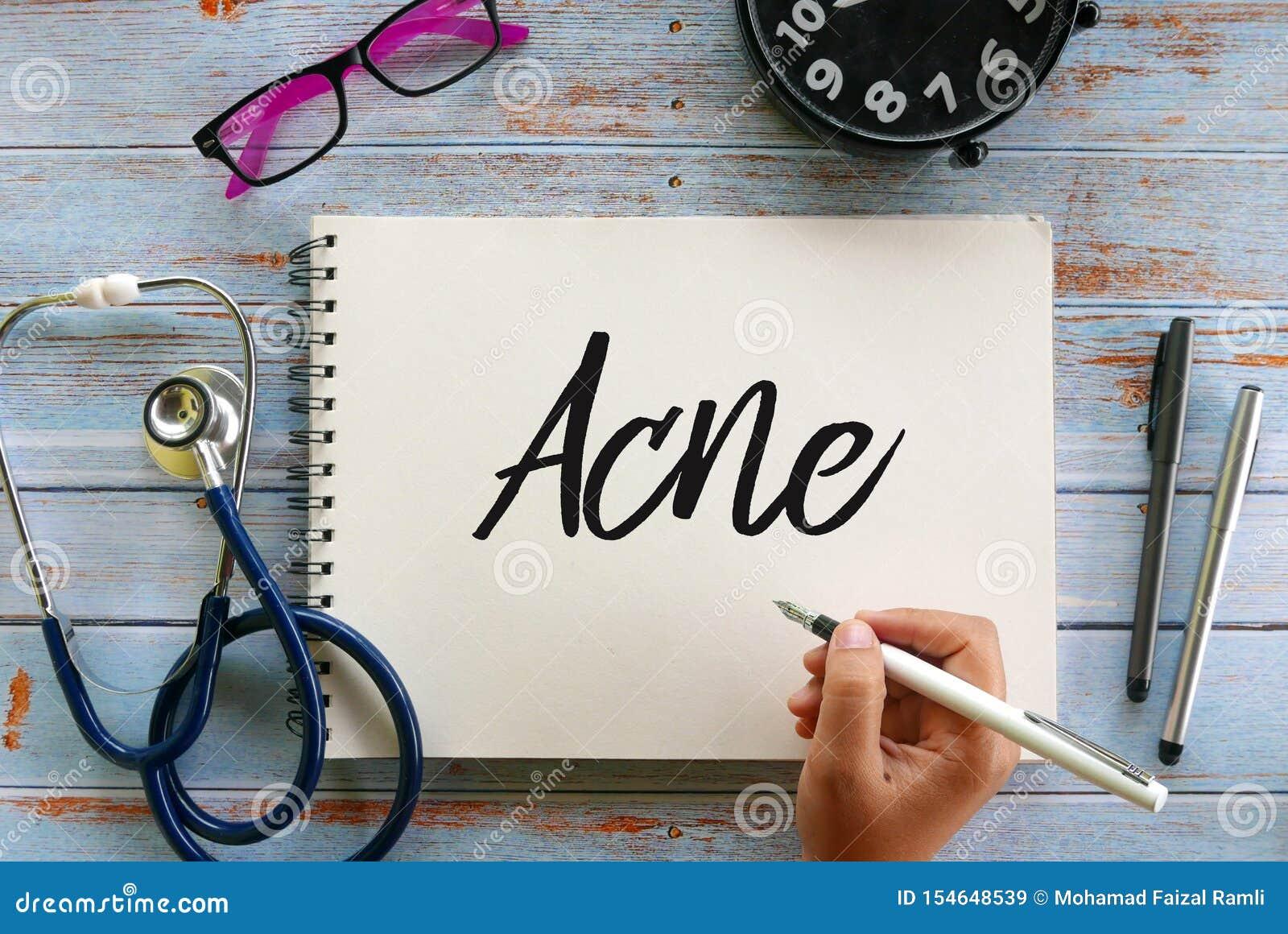 Hoogste mening van zonnebril, klok, stethoscoop, pen en de pen het schrijven van de handholding Acne op notitieboekje