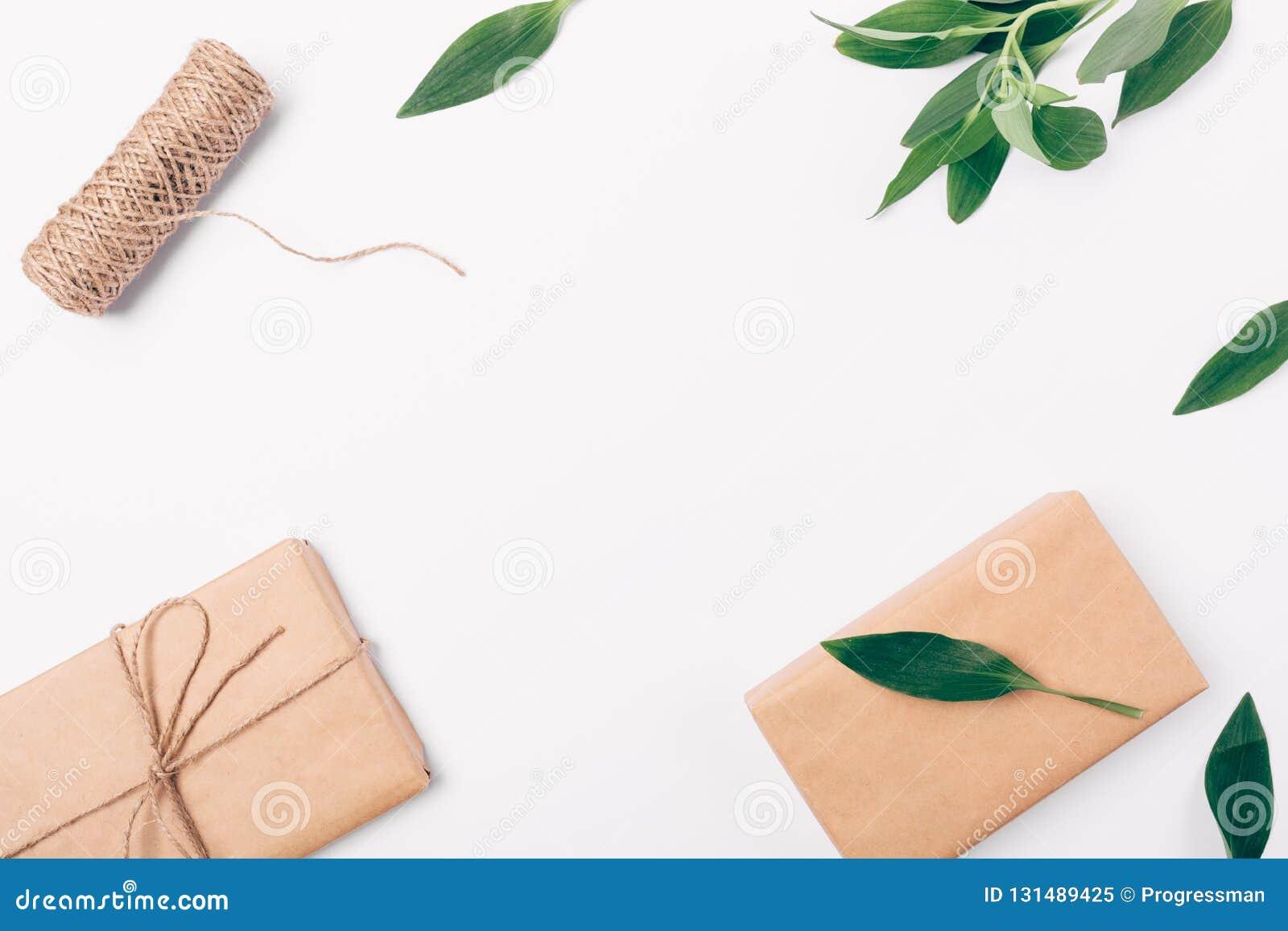 Hoogste menings decoratief die kader van groen, streng en vakjes in bruin ecodocument wordt verpakt, exemplaarruimte Vlak leg reg