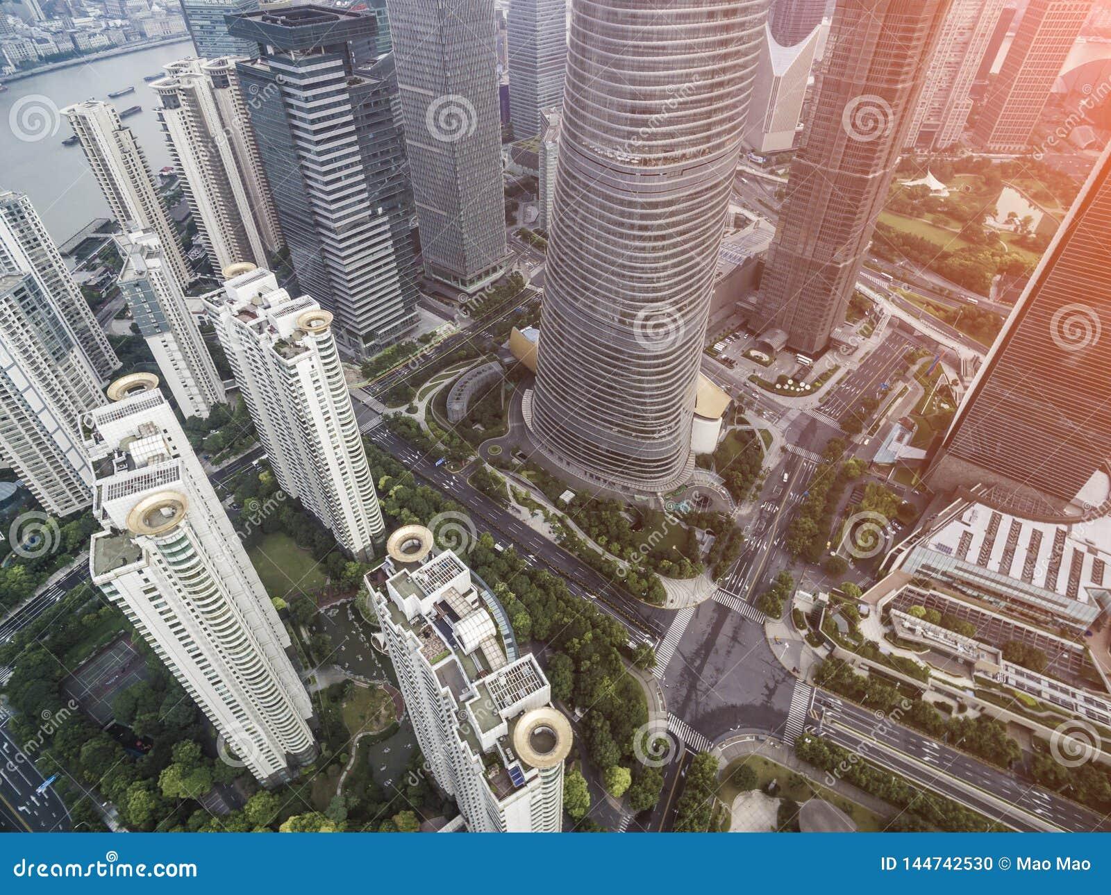 Hoogste menings luchtfoto van vliegende hommel van een ontwikkelde stad van Shanghai met moderne wolkenkrabbers