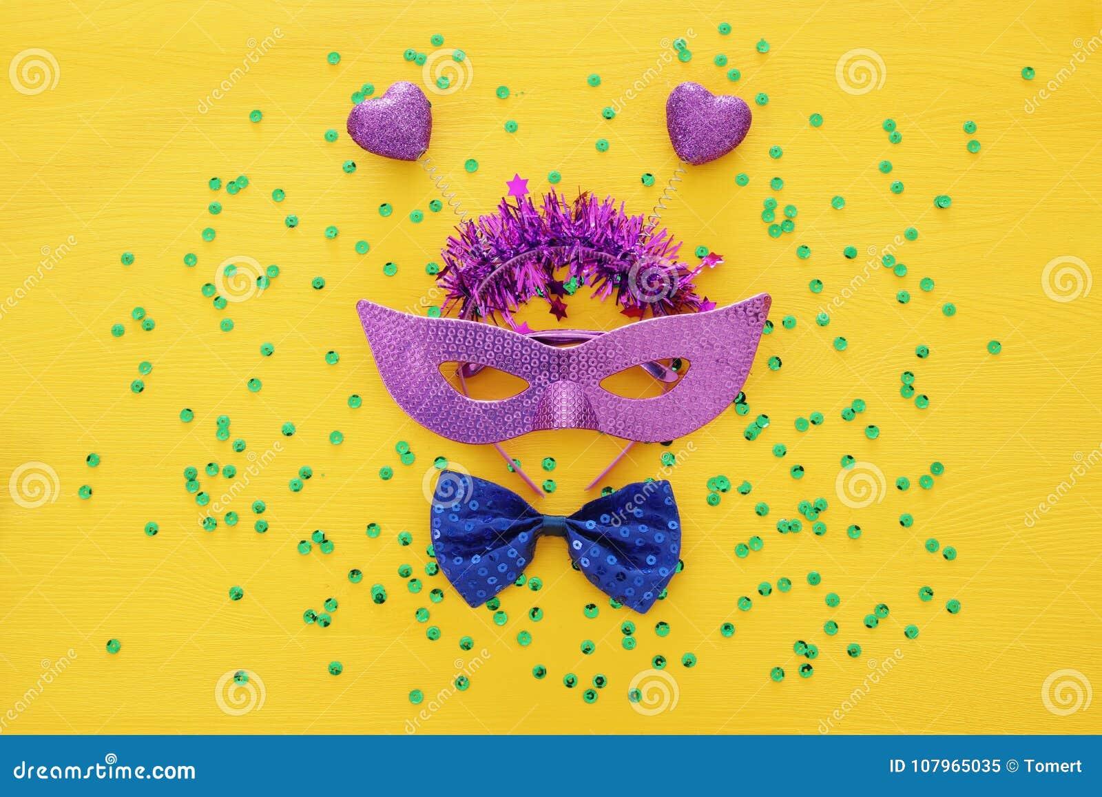 Hoogste meningsbeeld van achtergrond van het maskerade de Venetiaanse masker Vlak leg Het concept & x28 van de Purimviering; Jood