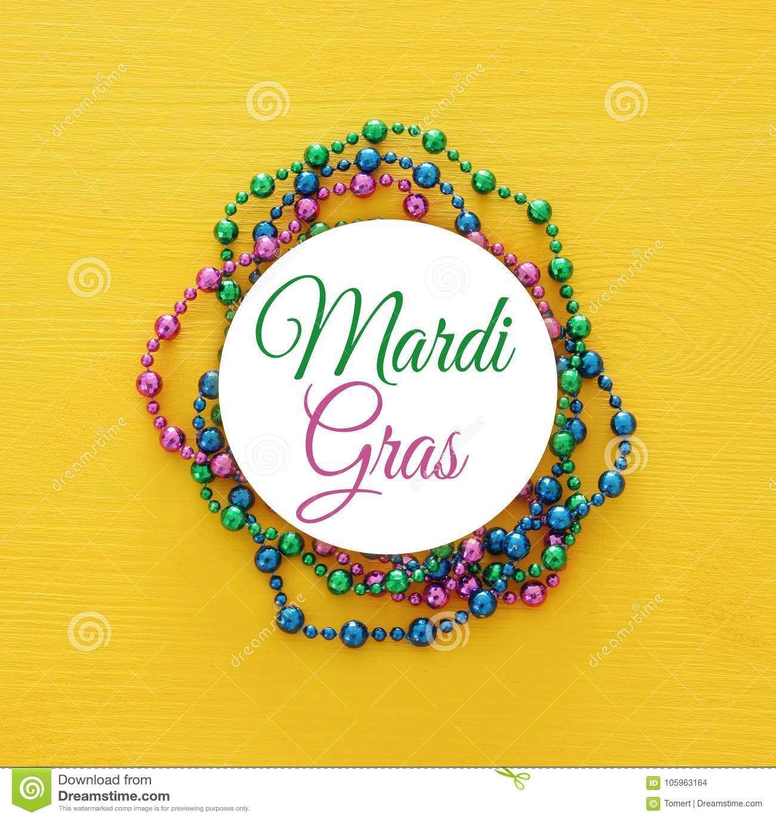 Hoogste meningsbeeld van kleurrijke parels met tekst MARDI GRAS Vlak leg